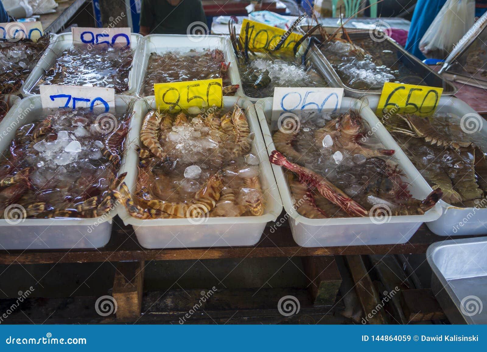 Bazar fresco tailandês do marisco com variedade de marisco