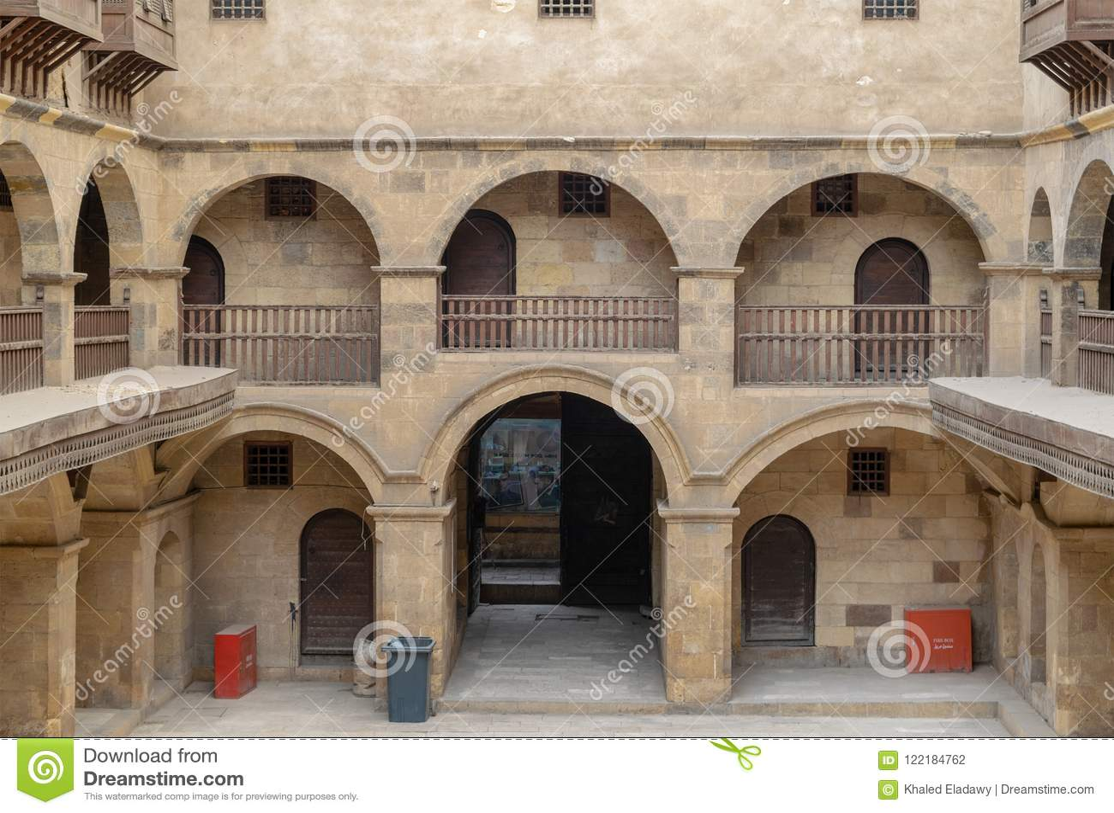 Bazaraa商队投宿的旅舍门面,当有圆顶拱廊和窗口盖由被插入的木栅格mashrabiyya,开罗,埃及
