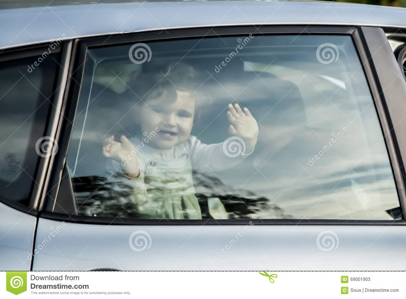 B b souriant regardant une fen tre de voiture photo stock for Fenetre voiture
