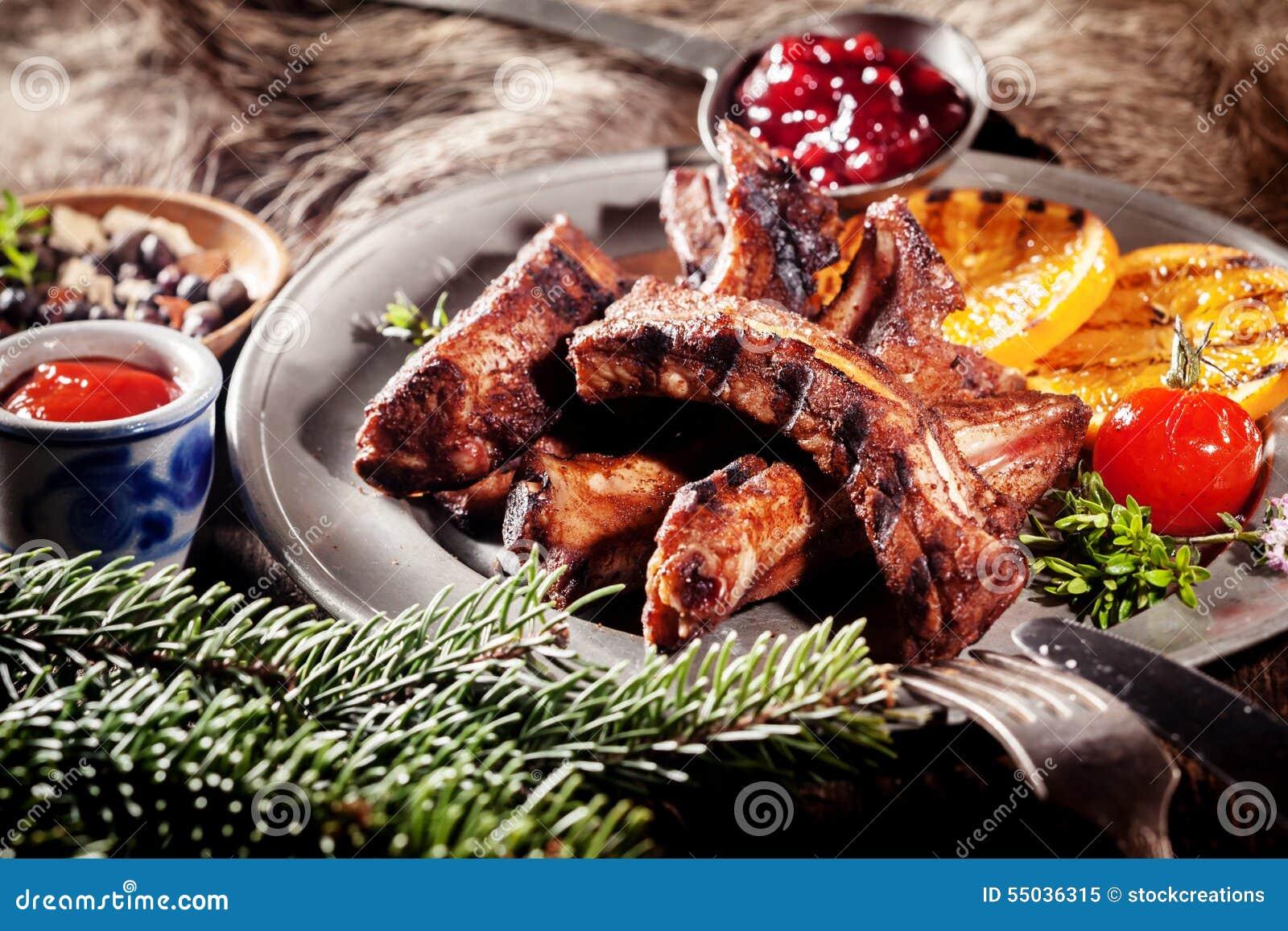 BBQ在盛肉盘的公猪排骨用烤果子