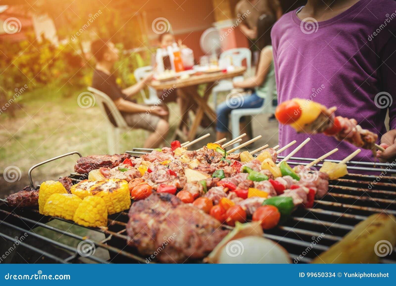 BBQ καλοκαίρι κομμάτων τροφίμων που ψήνει το κρέας στη σχάρα