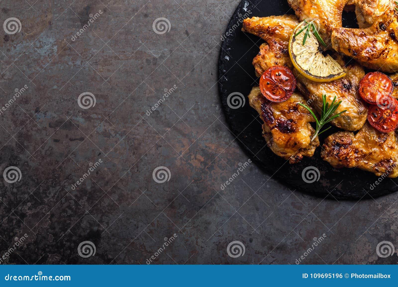 BBQ φτερά κοτόπουλου, πικάντικο ψημένο στη σχάρα κρέας