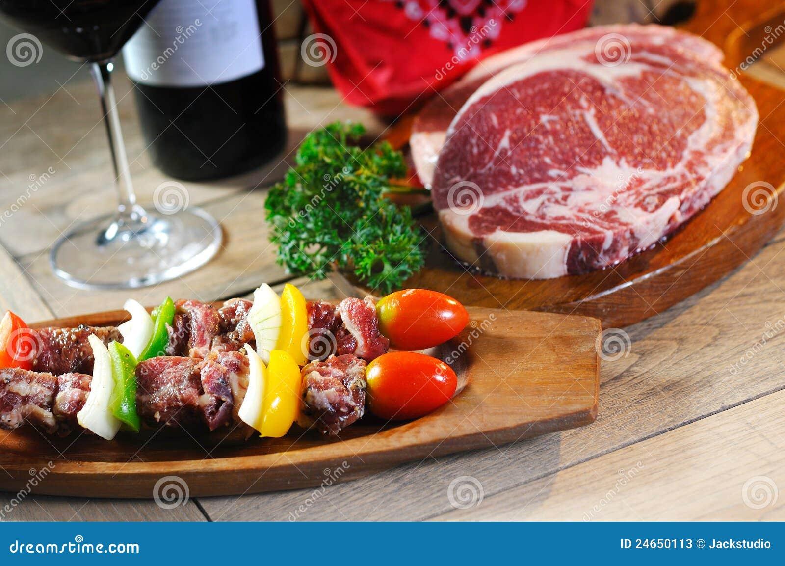 BBQ avec de la viande crue