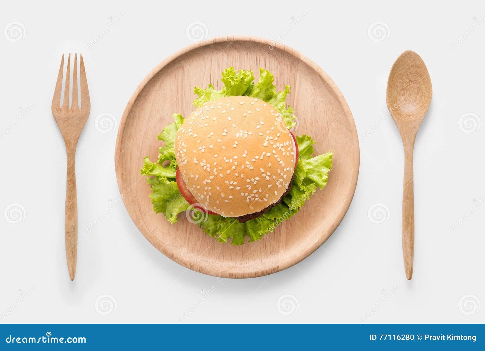 bbq burger auf dem h lzernen teller essen lokalisiert auf wei em hintergrund stockfoto bild. Black Bedroom Furniture Sets. Home Design Ideas