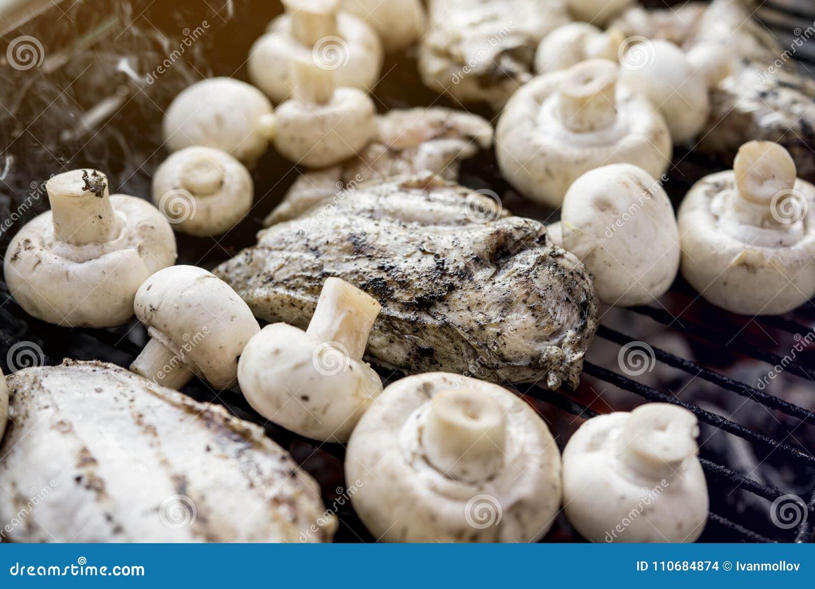 Bbq-galler med många champinjoner och smakligt kött för fegt bröst