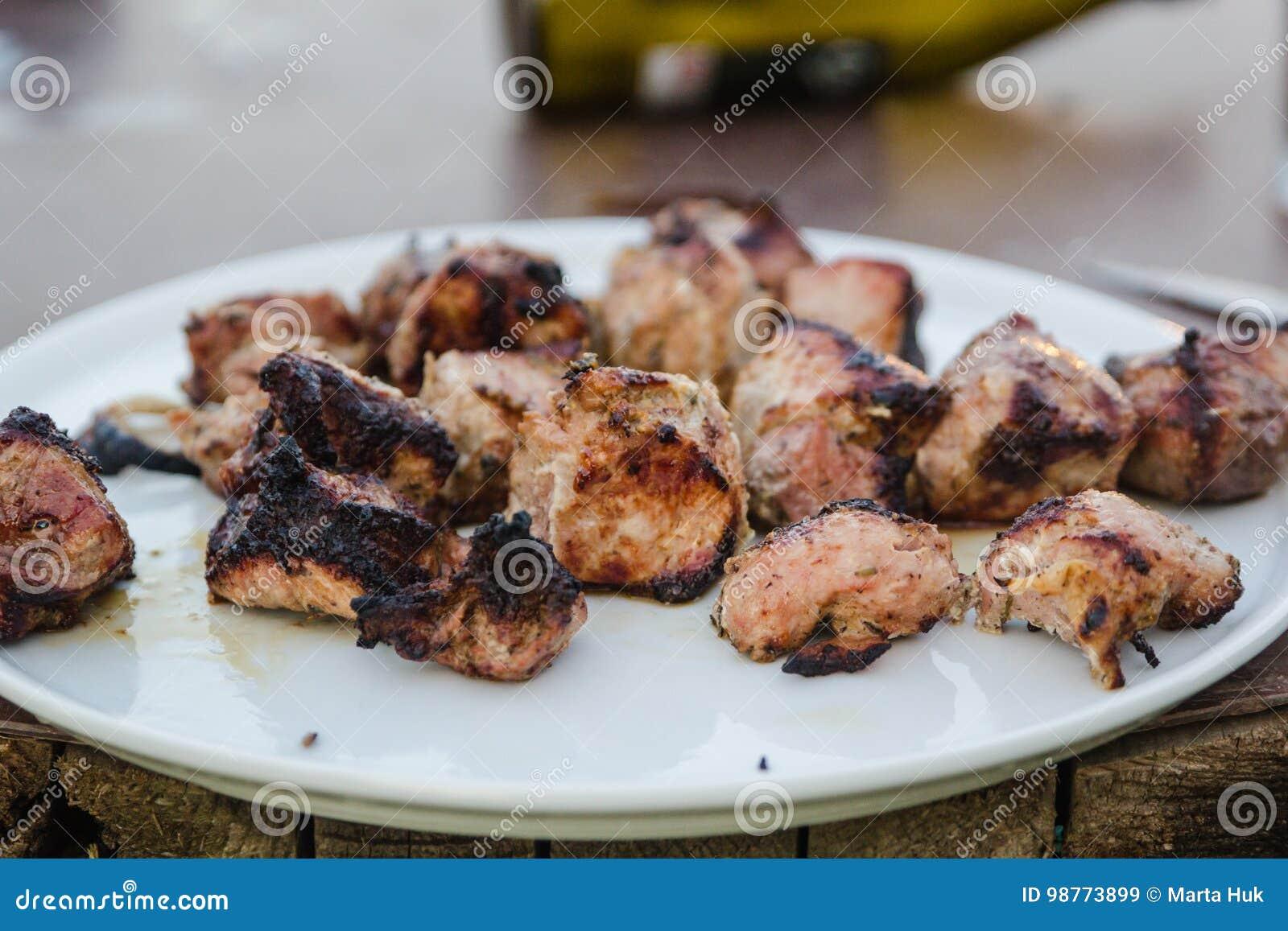 Bbq-kött på galler i trädgård