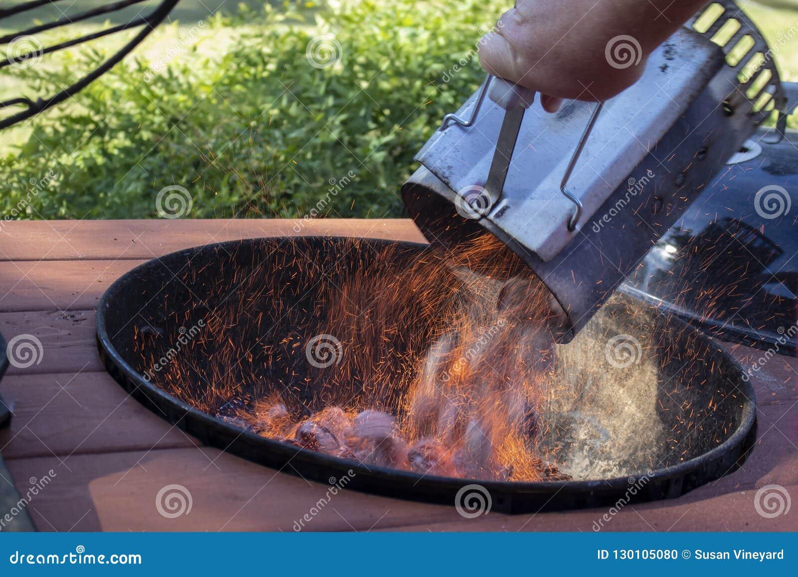 Bbq kominowego węgla drzewnego pożarniczy starter palenie pełno brykietuje wywalającego w plenerowego grilla z iskier latać