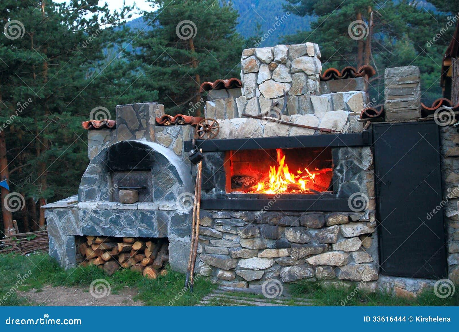 Bbq oven maakte van steen in de binnenplaats van het huis stock afbeeldingen afbeelding - Barbecue ontwerp ...