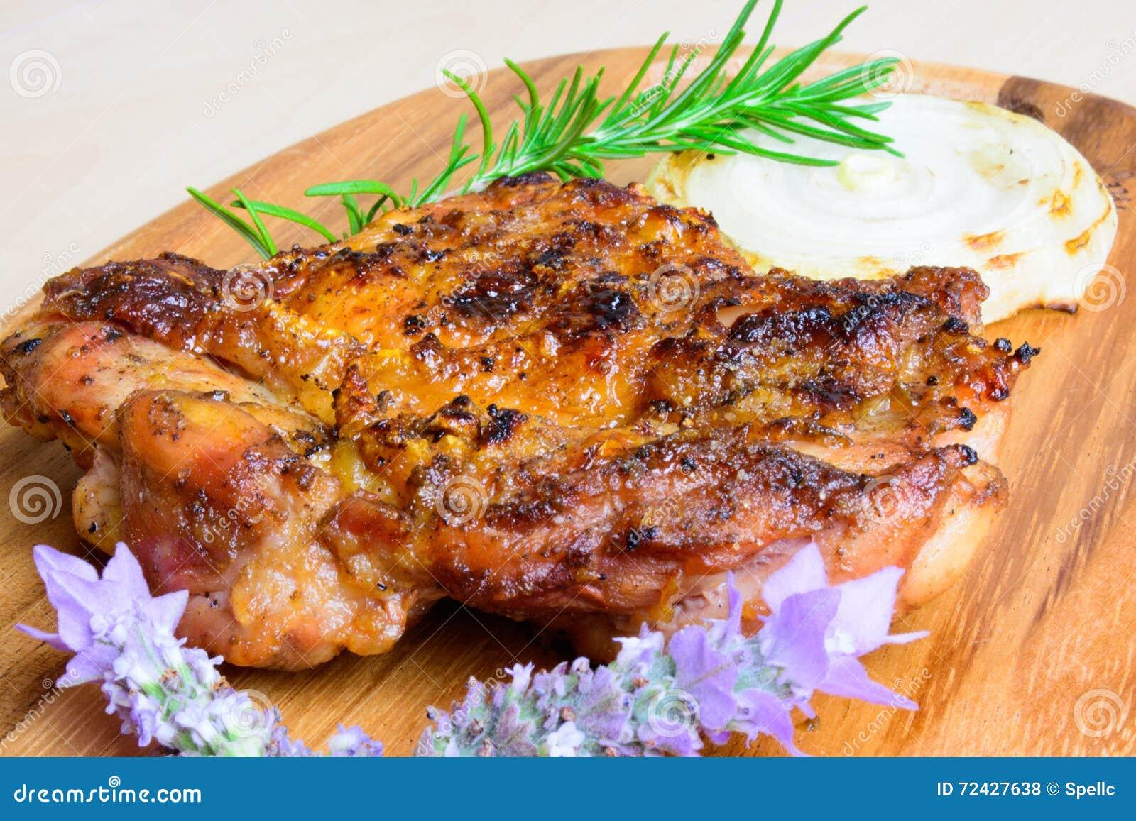 Bbq roosterde kippendij zonder botten met uiplak en met rozemarijn en lavendel versier