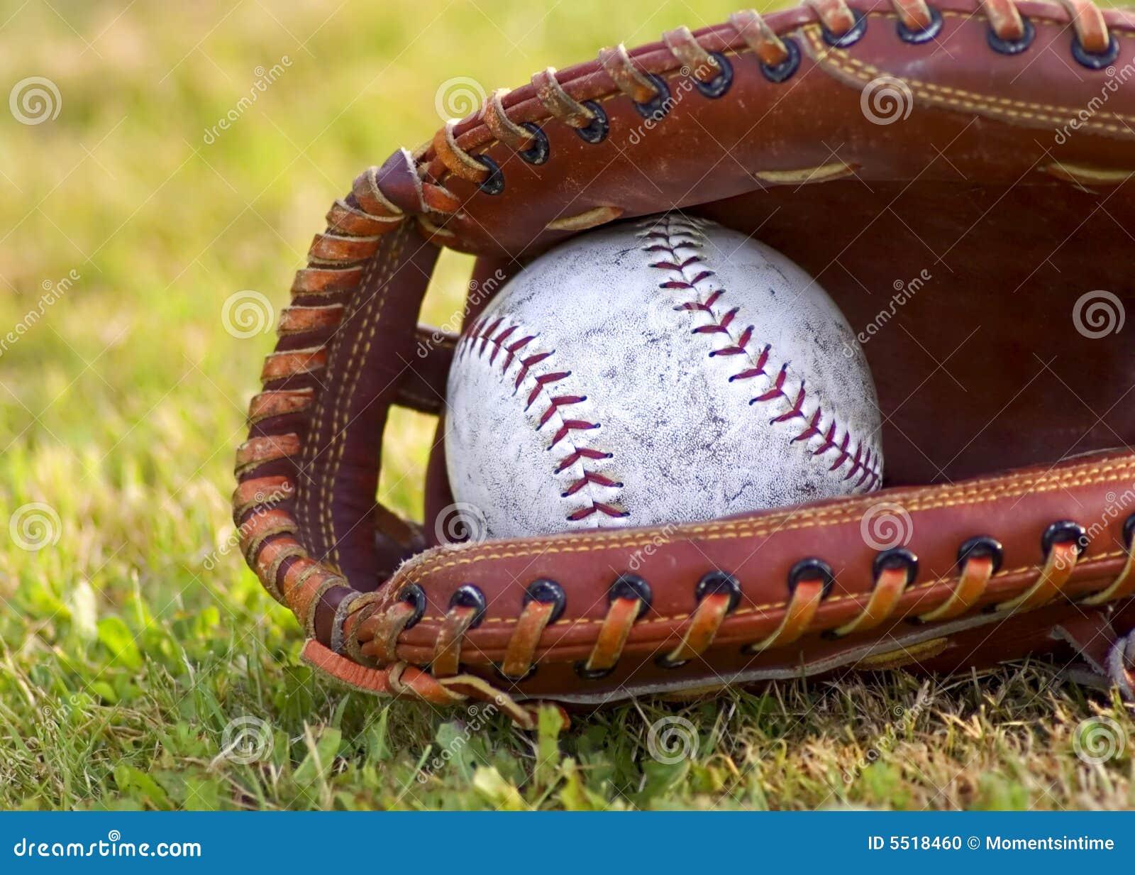 Beísbol con pelota blanda gastado en mitón