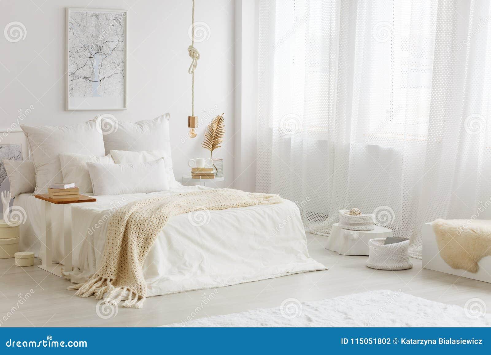 Beżowa koc na białym łóżku