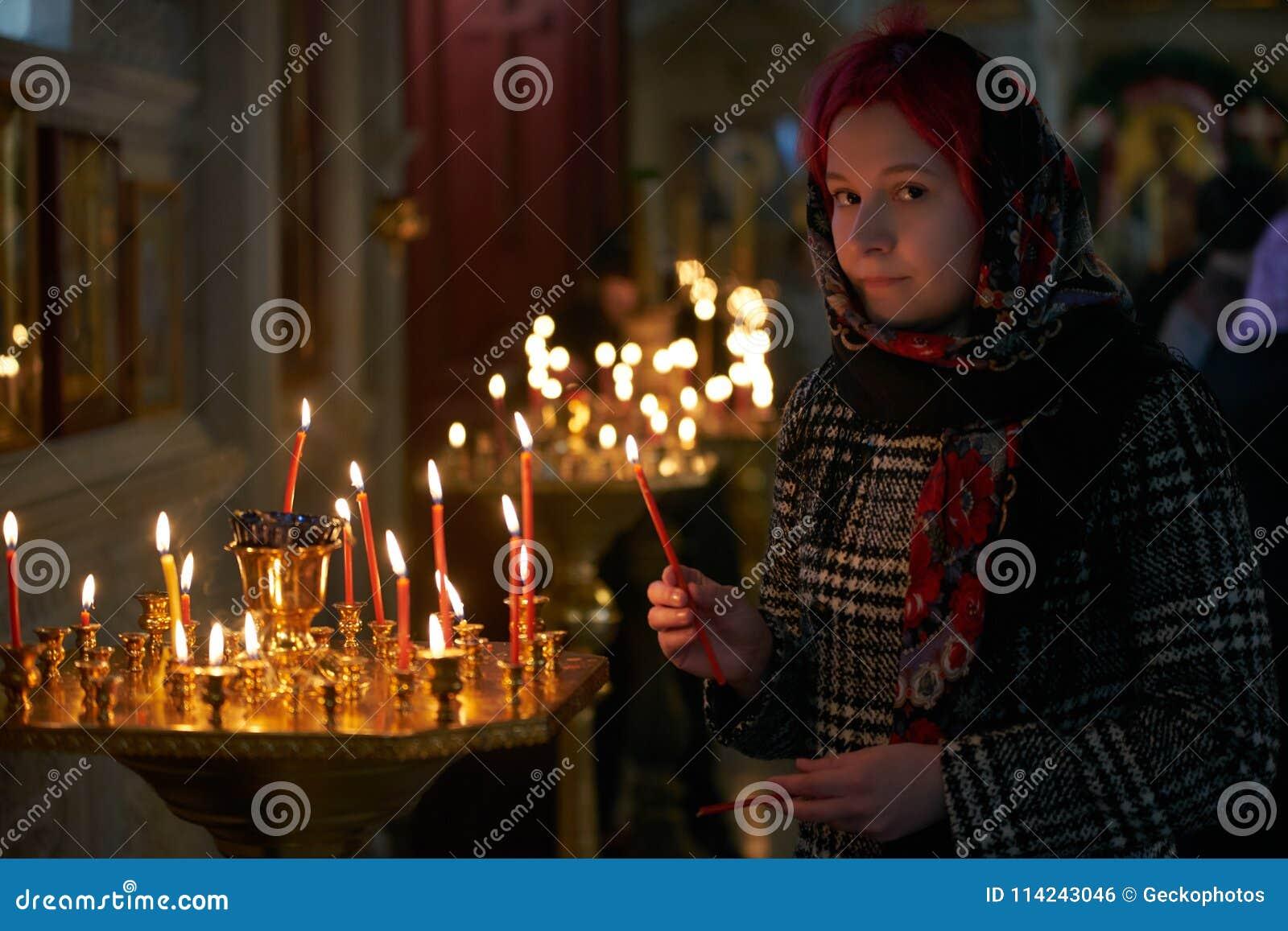 Be den unga kvinnan med stearinljuset