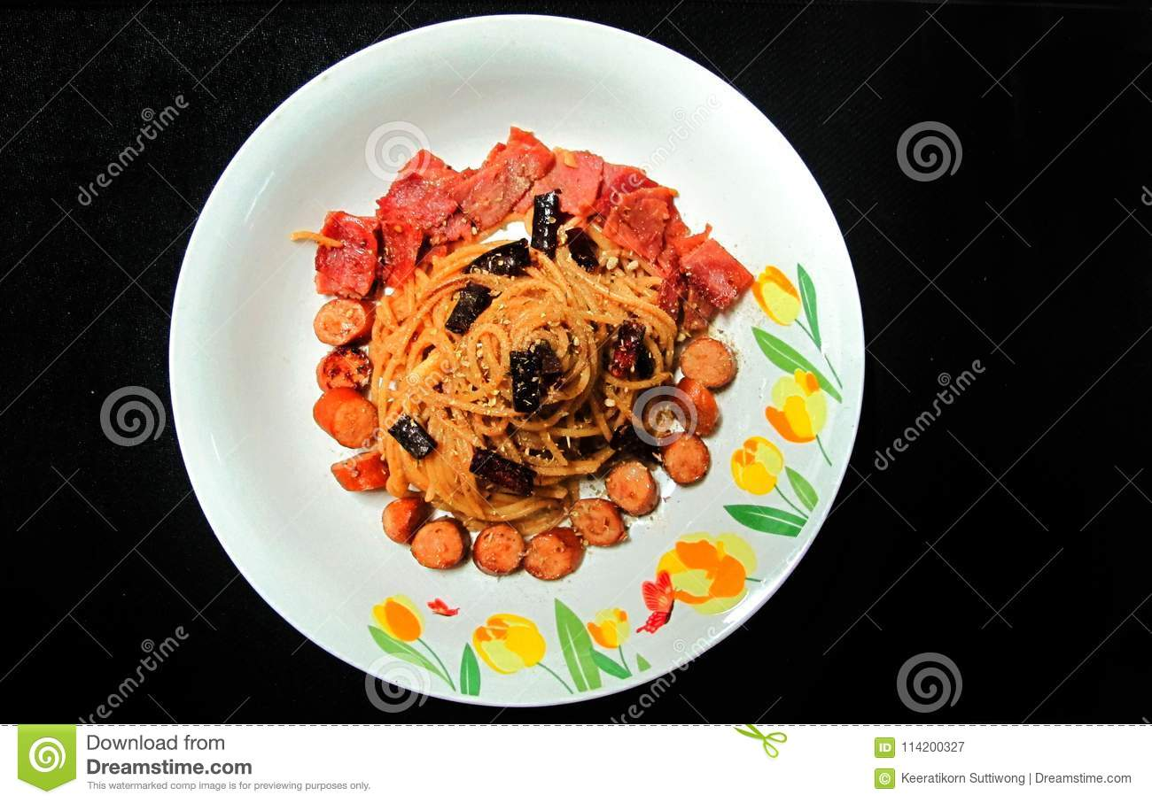Be*wegen-gebraden Spaghetti met Droge Chili And-worst, ham