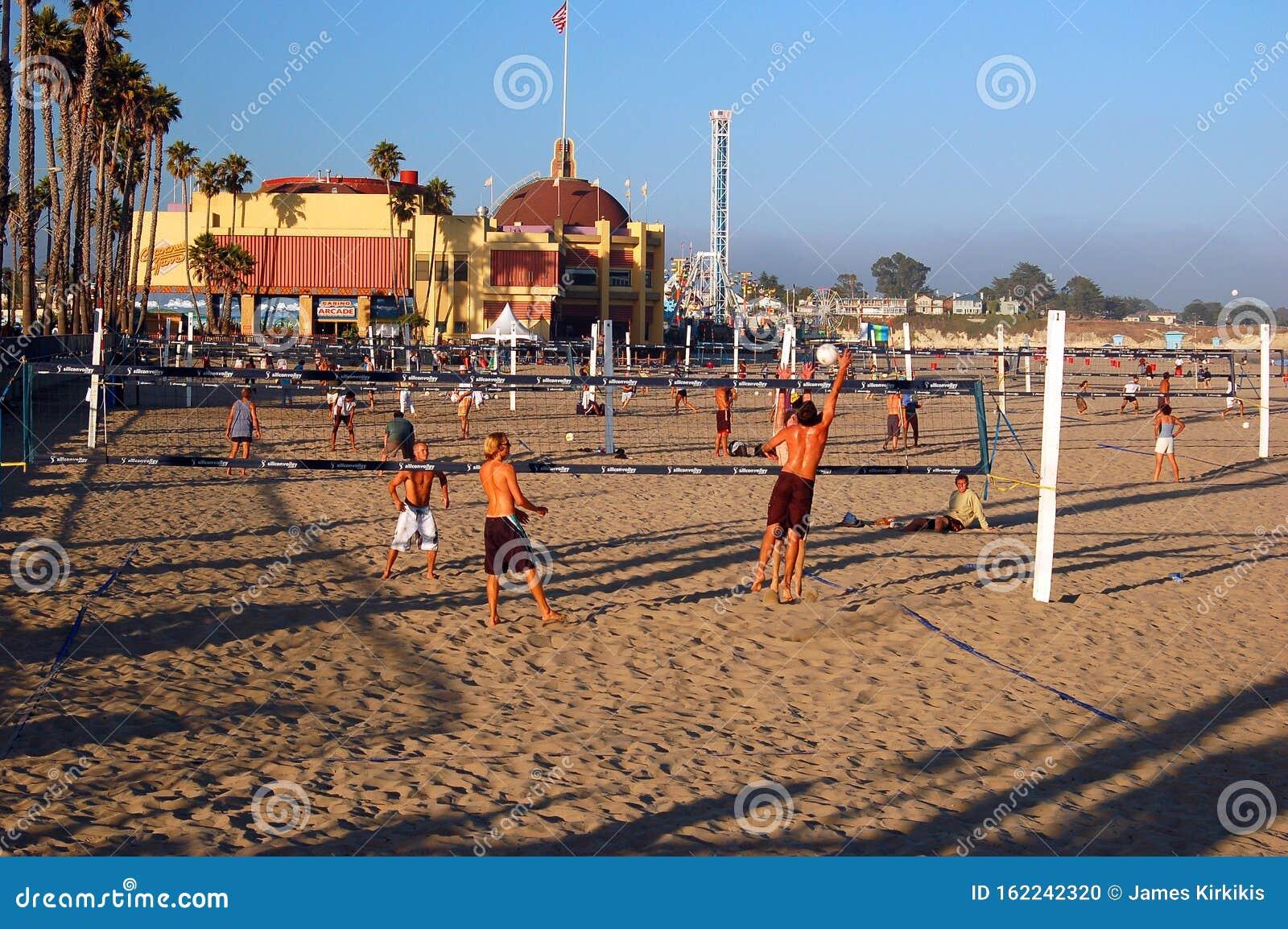 Amici Adolescenti Che Giocano Pallavolo Sulla Spiaggia