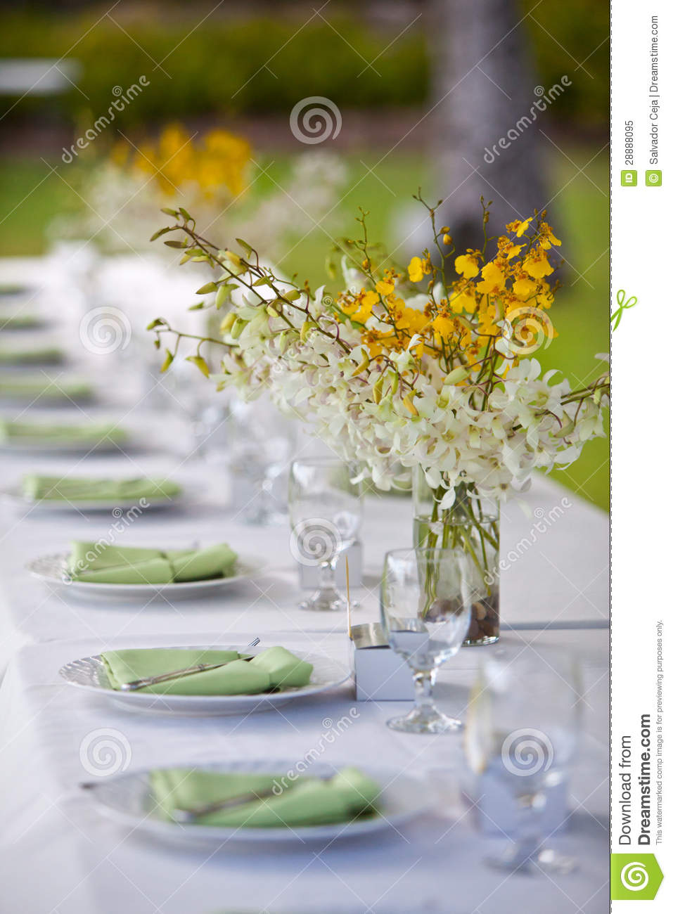 Beach Wedding Decor Table Setting And Flowers Stock Image - Image of ...