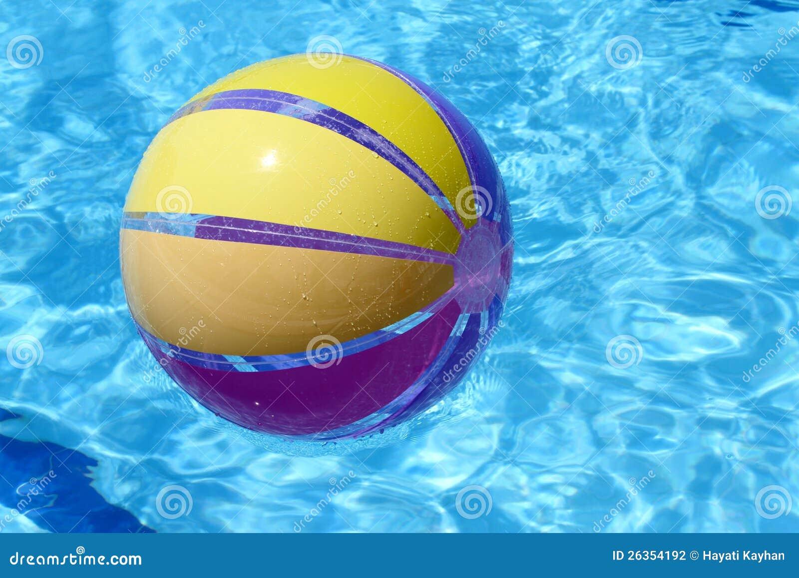 Beachball und Schwimmbad.