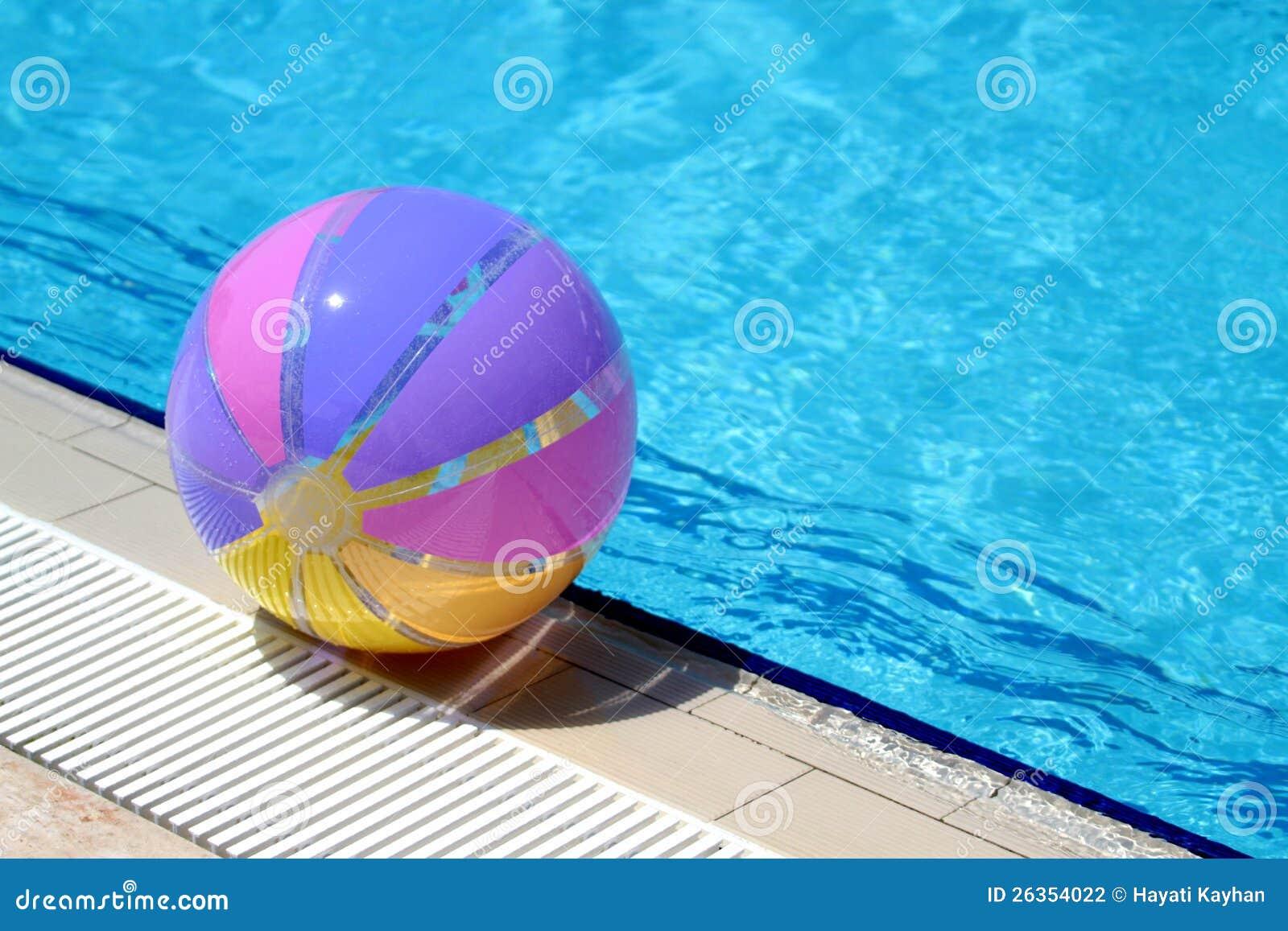 Beachball und Schwimmbad. Sommerferien