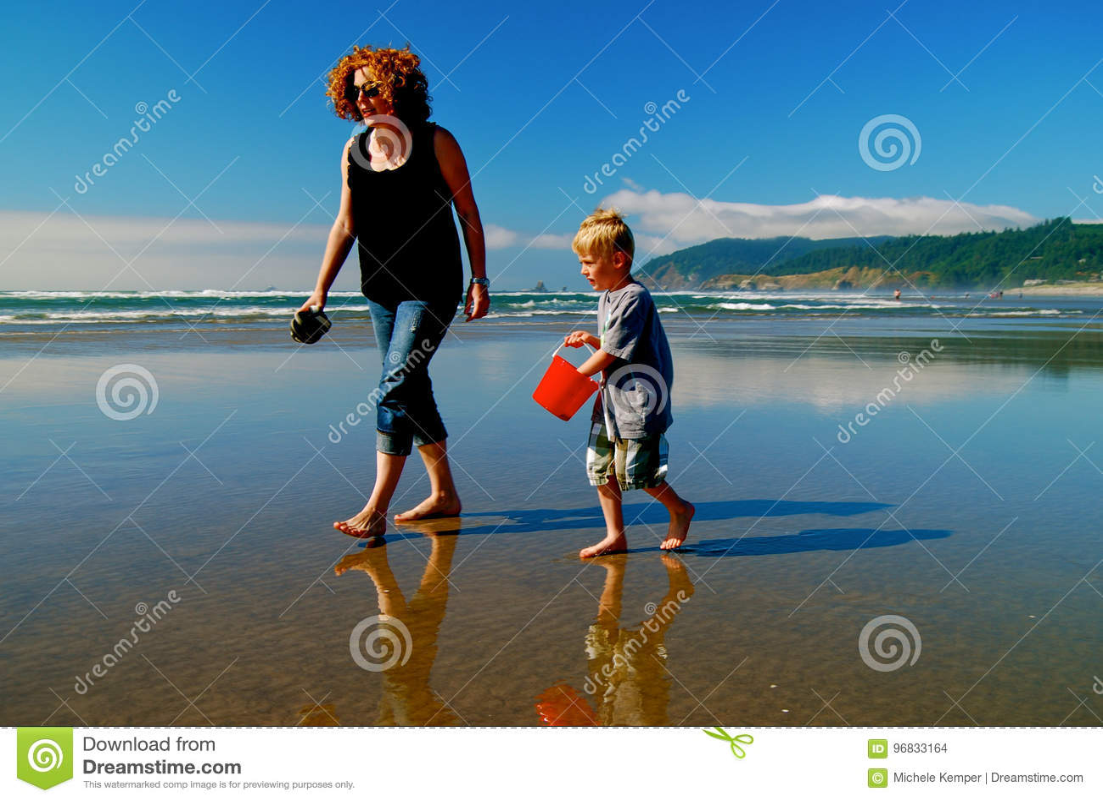 Beachcombers с красным ведром