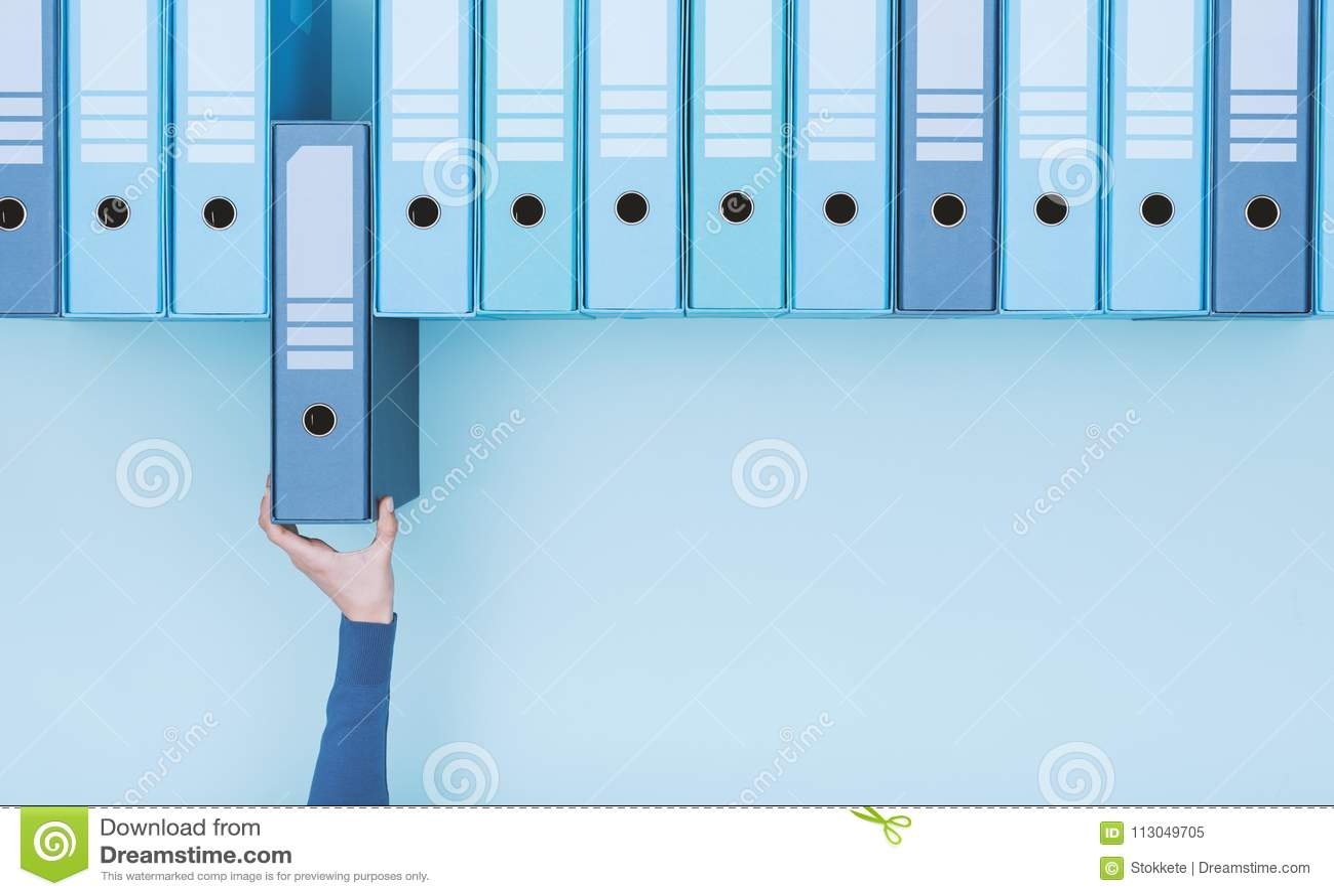 Beambte die een omslag in het archief nemen