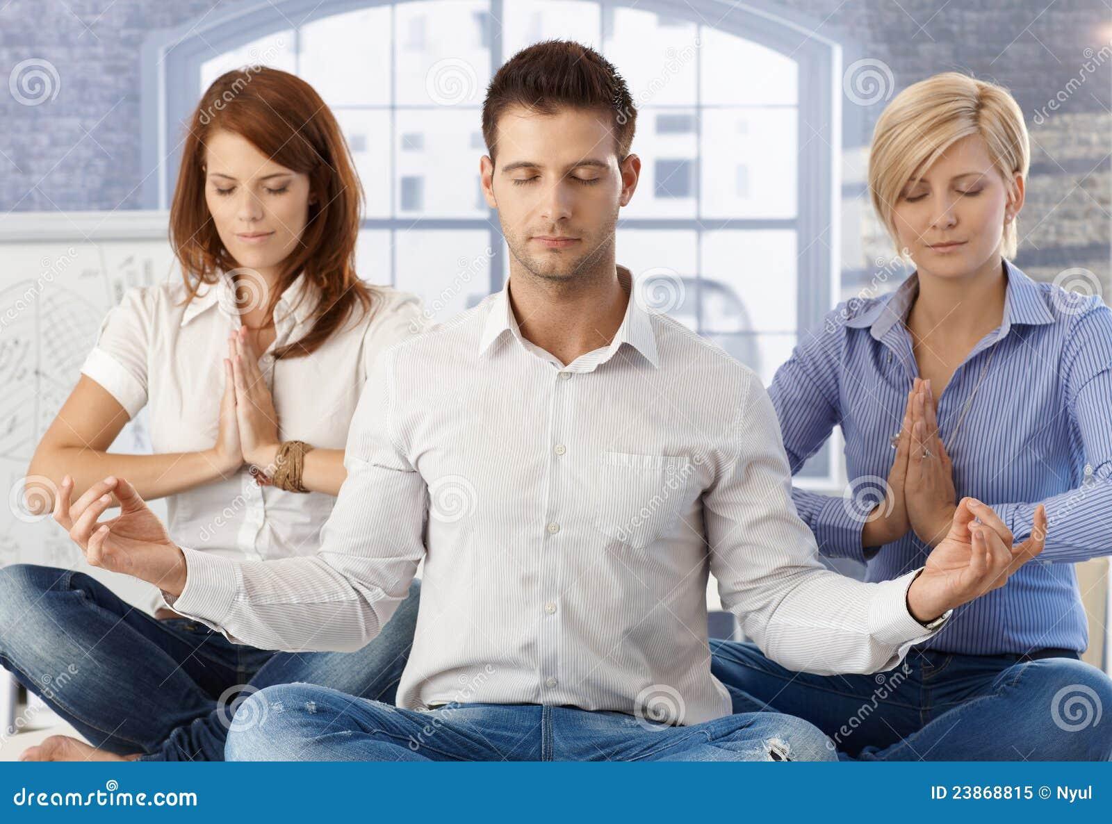 Beambten die op het werk mediteren