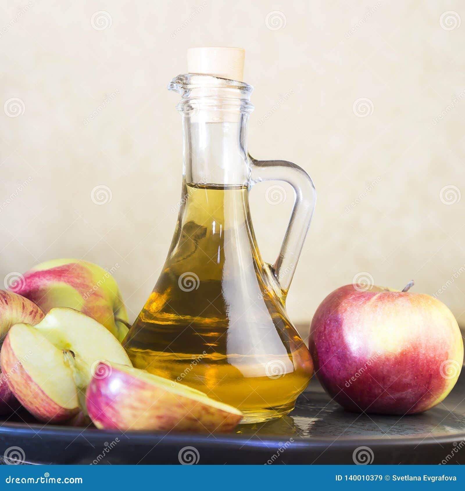 Bearbeta av en jordbruks- skörd av röda och gröna äpplen Hem- på burk som är sund bantar vegetarisk mat Äppelcidervinäger, frukts