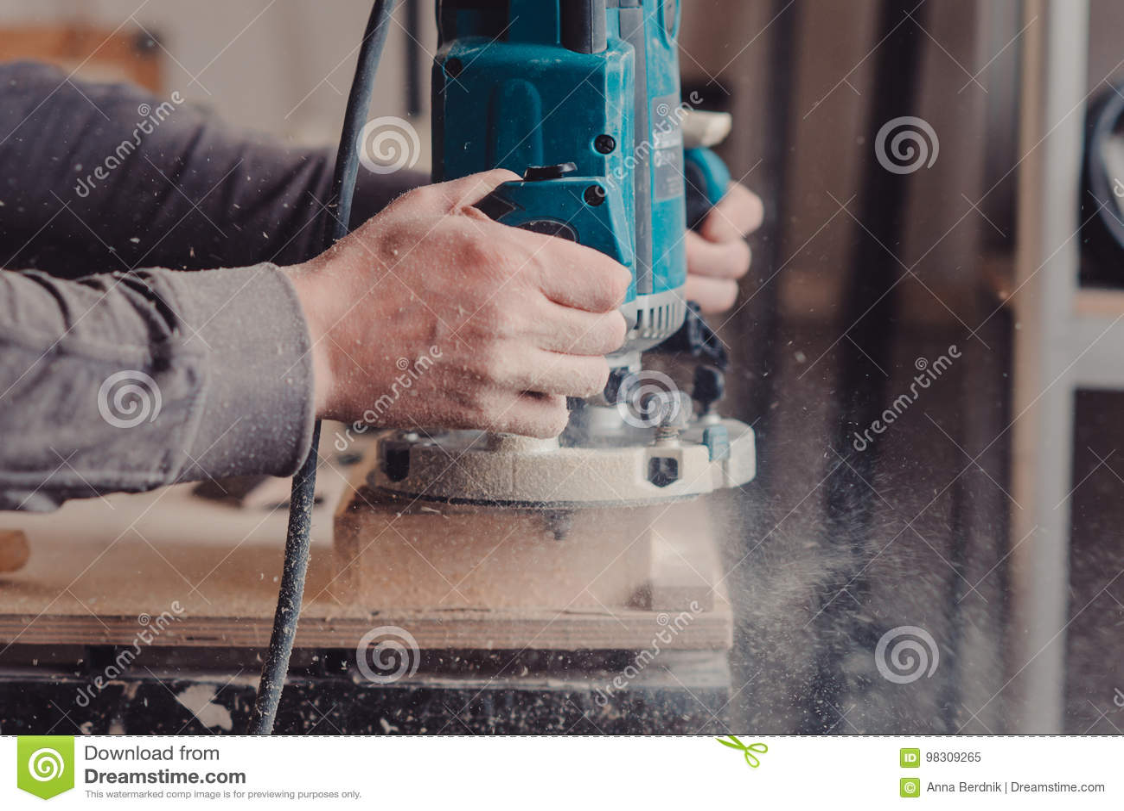 Bearbeta av en möblemangdel vid en maskin för polering av ett träd