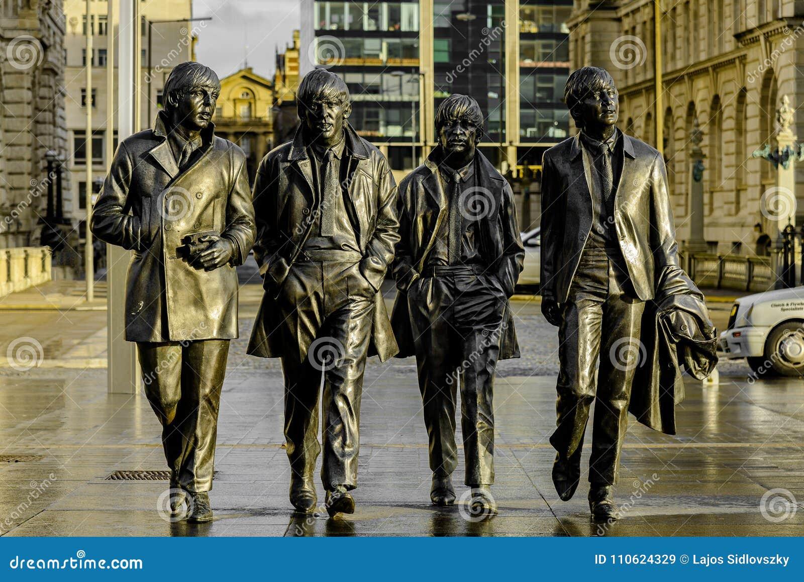 Beatles的雕象在利物浦` s江边,英国的