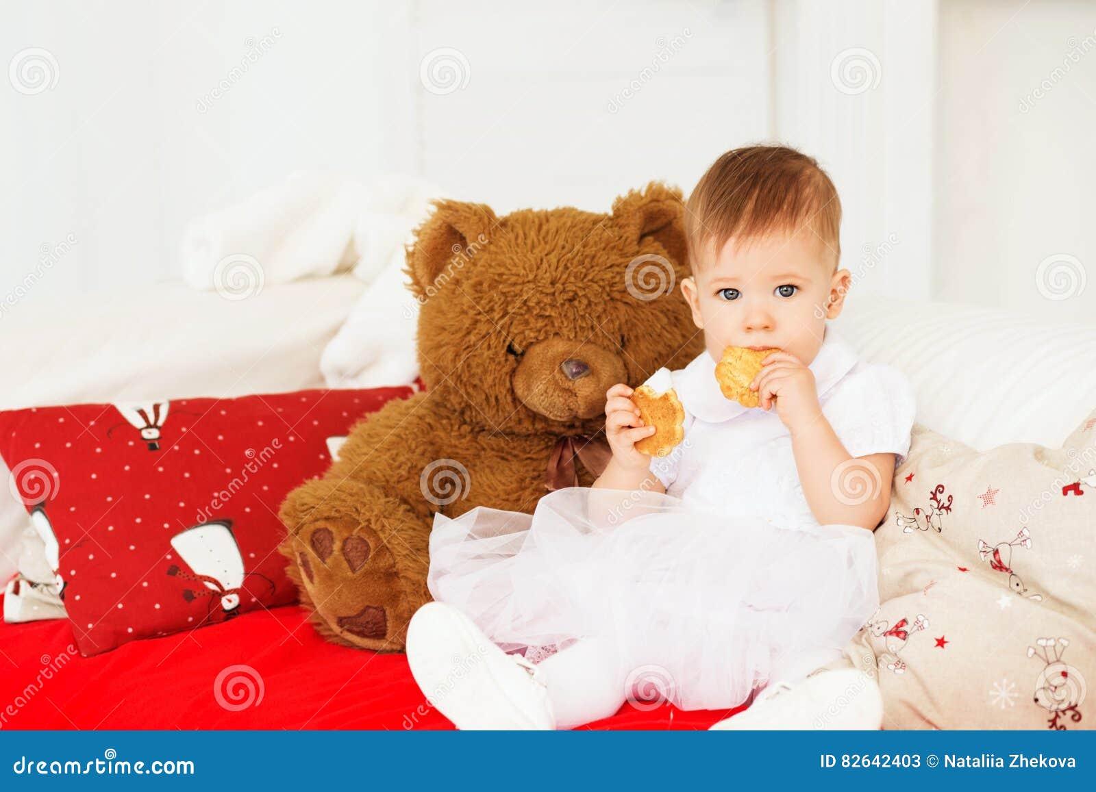 Beau Bébé Avec Un Ours De Nounours Brun Mol Dans L\'intérieur Image ...