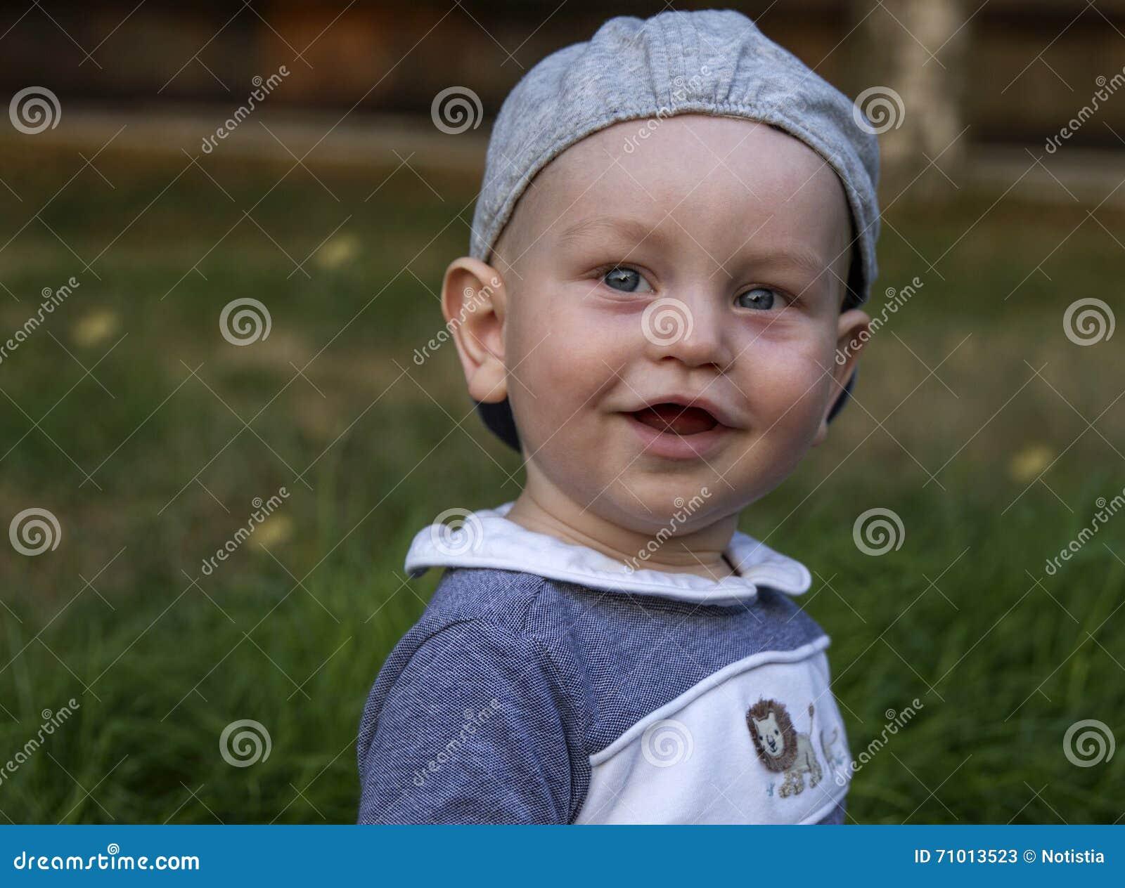 Beau bébé de sourire mignon heureux adorable expressif