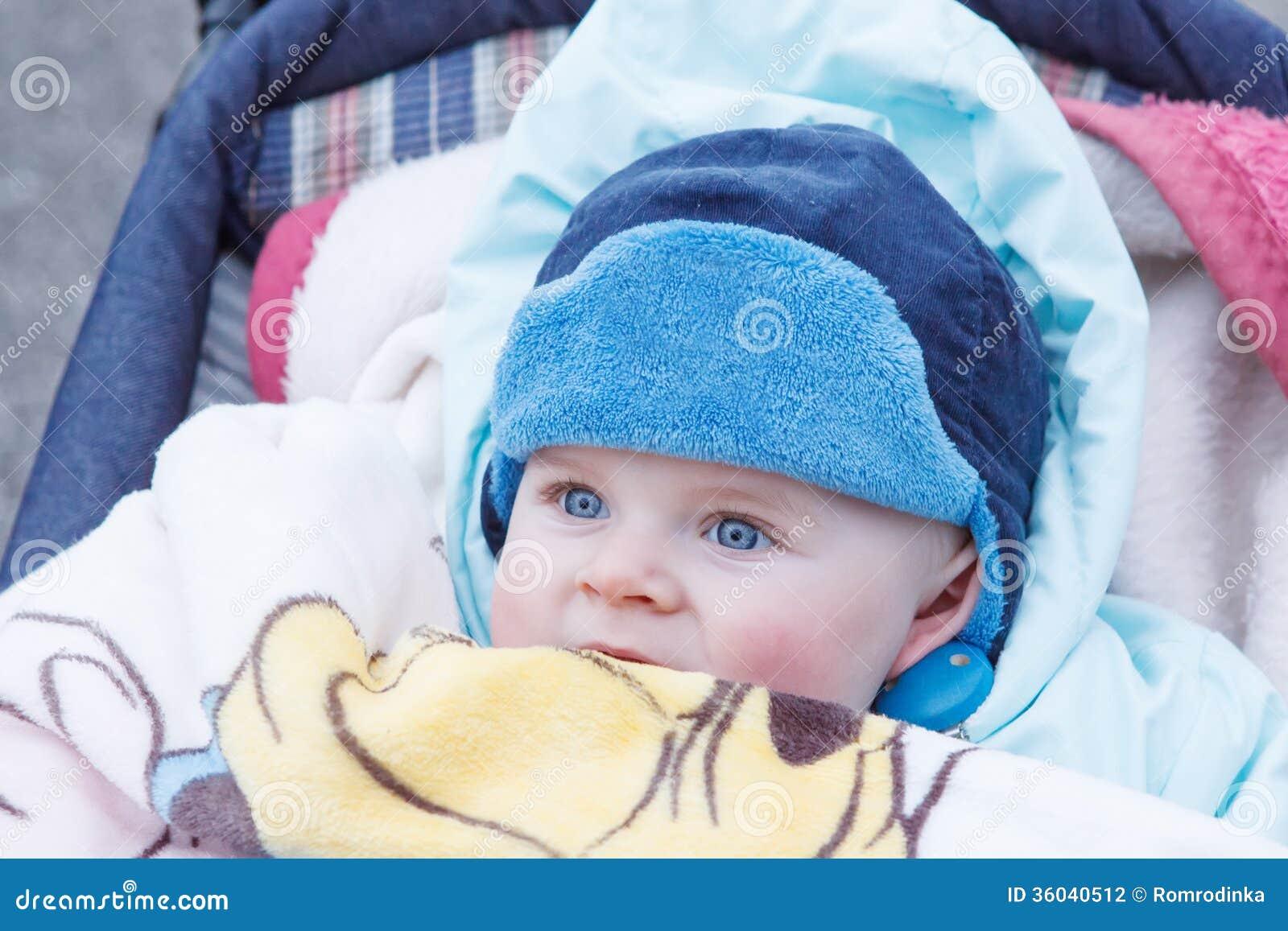 Beau b b gar on ext rieur dans des v tements chauds d 39 hiver photographie stock image 36040512 - Enfant garcon ...