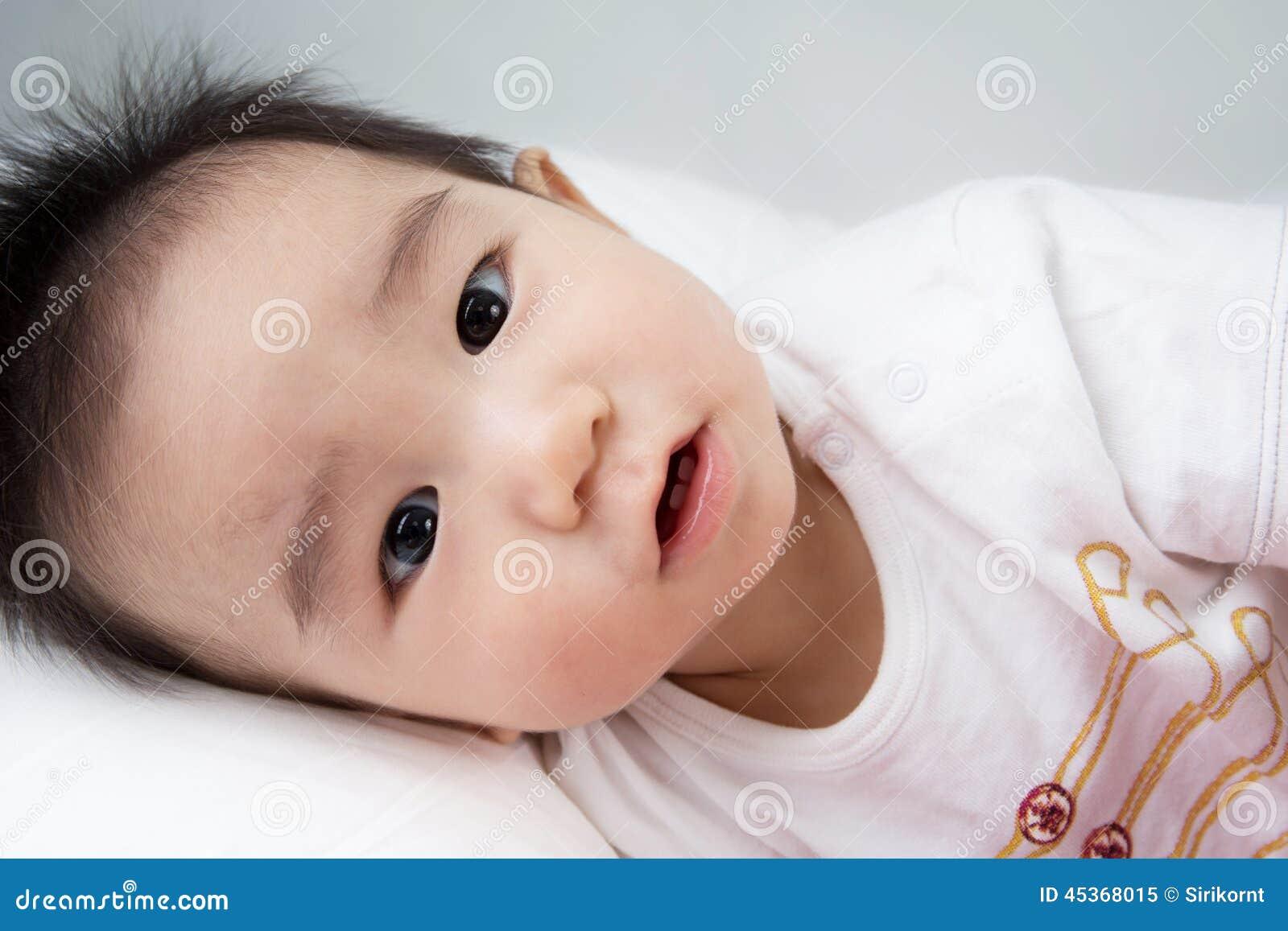 Beau bébé mignon asiatique de sourire