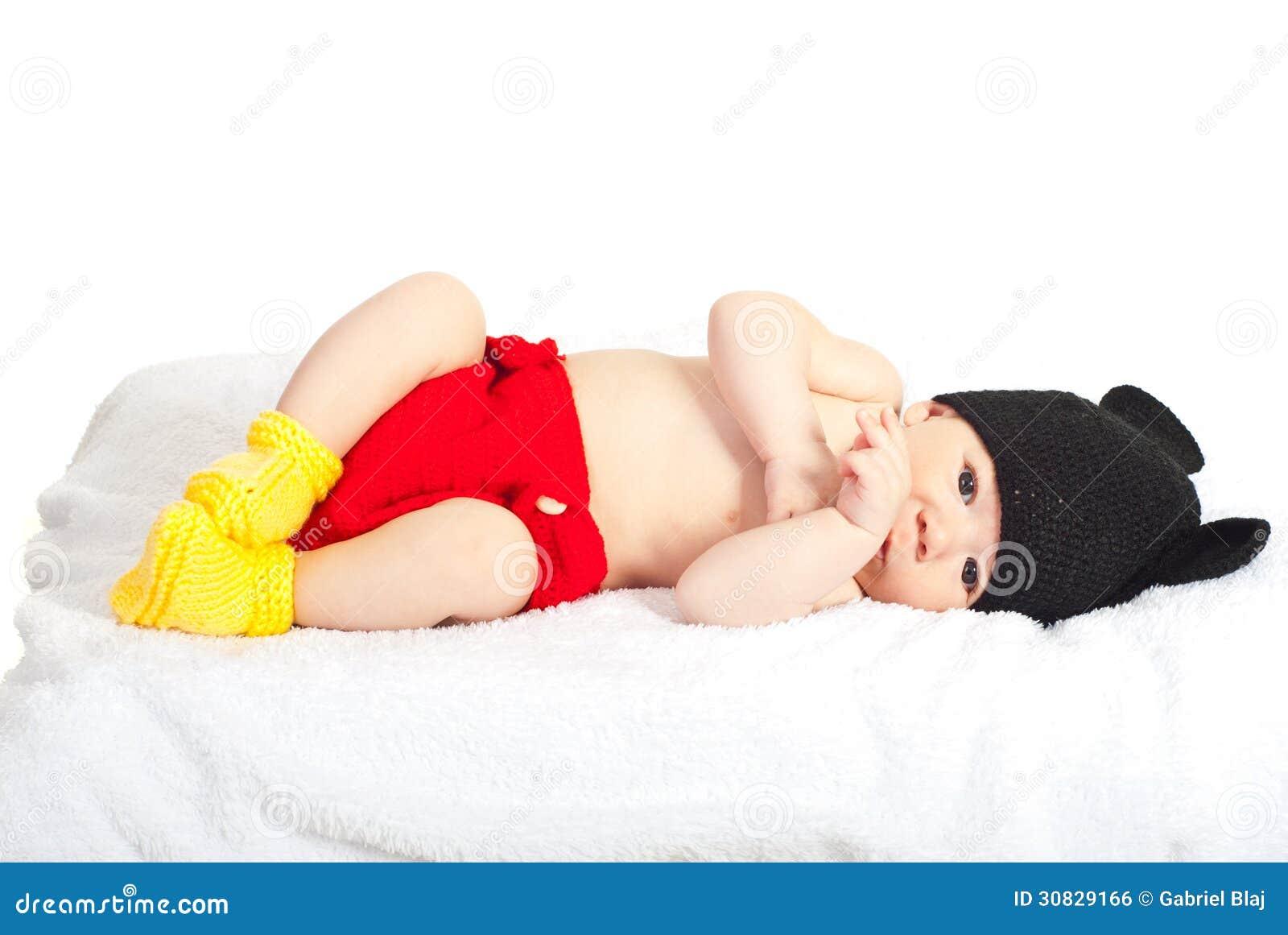 Beau bébé nouveau-né dans le costume