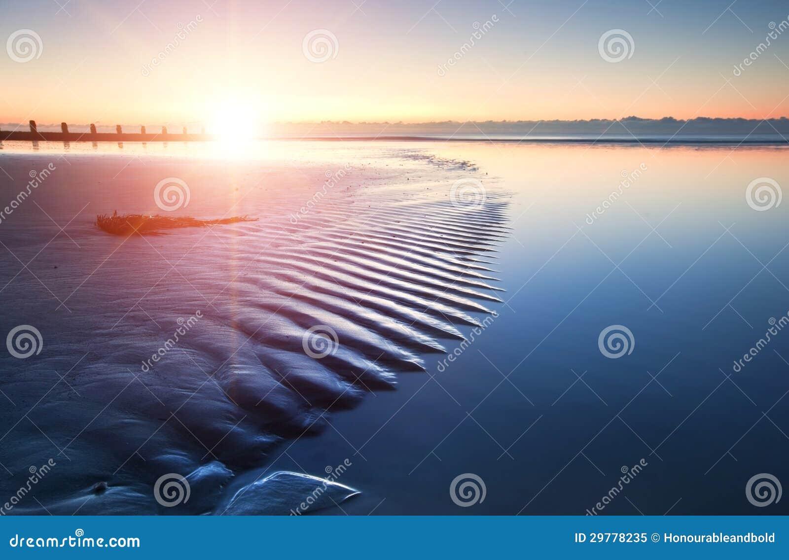 Lever de soleil vibrant de belle plage de marée basse