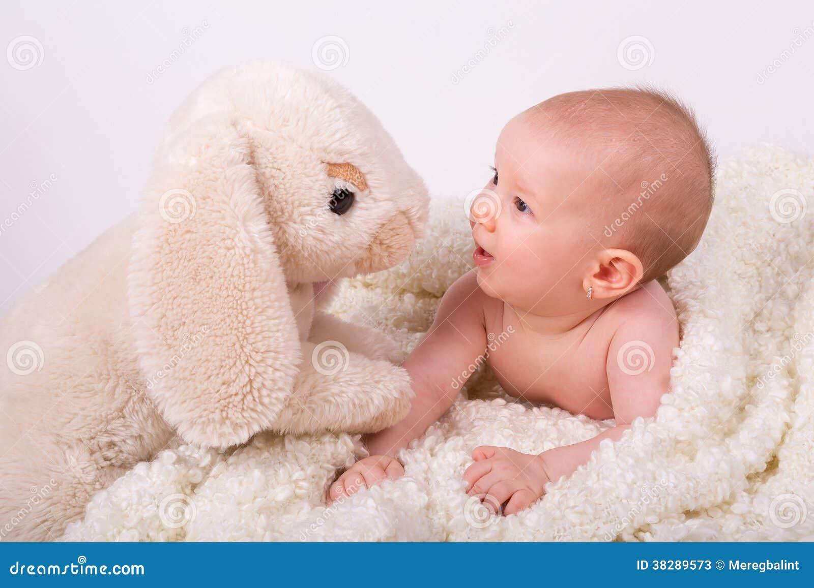 Fille jouant avec du concombre