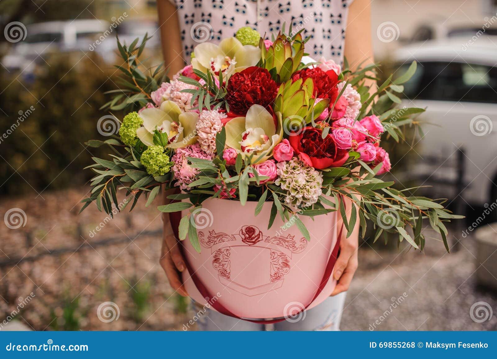 beau bouquet de fleur dans la bo te ronde avec le couvercle photo stock image du salutation. Black Bedroom Furniture Sets. Home Design Ideas