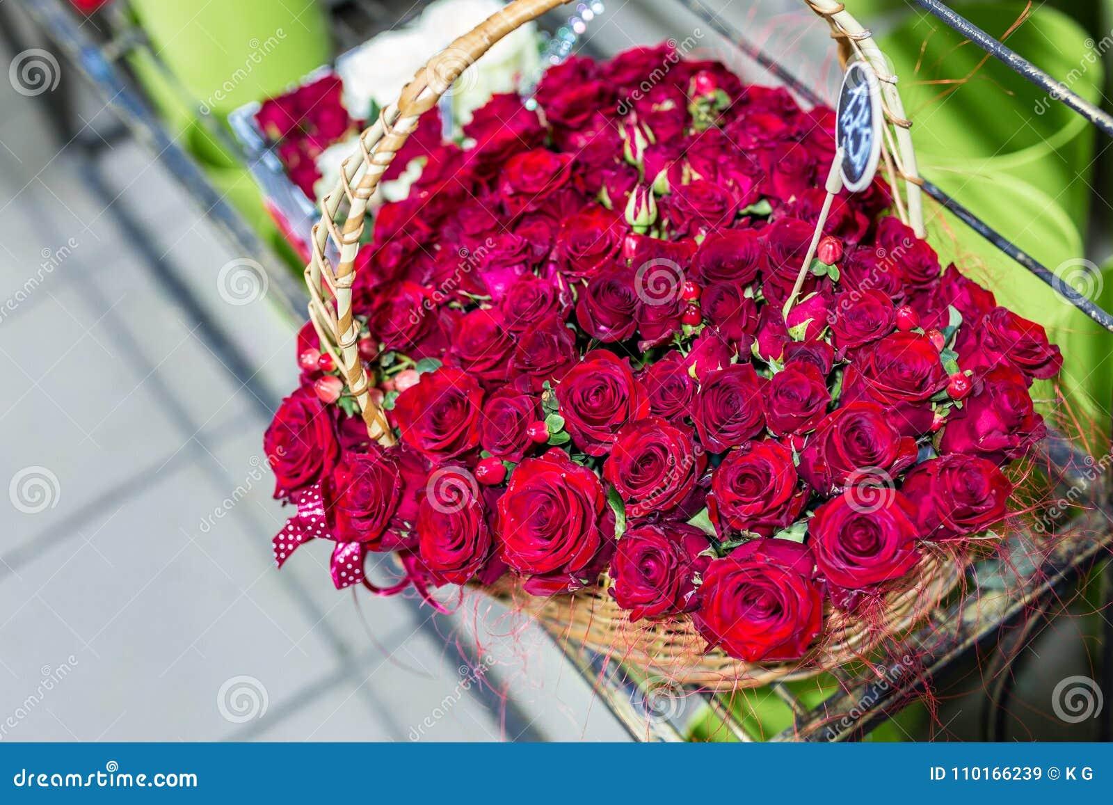 beau bouquet de forme d'iin de roses rouges de coeur fleurs dans le