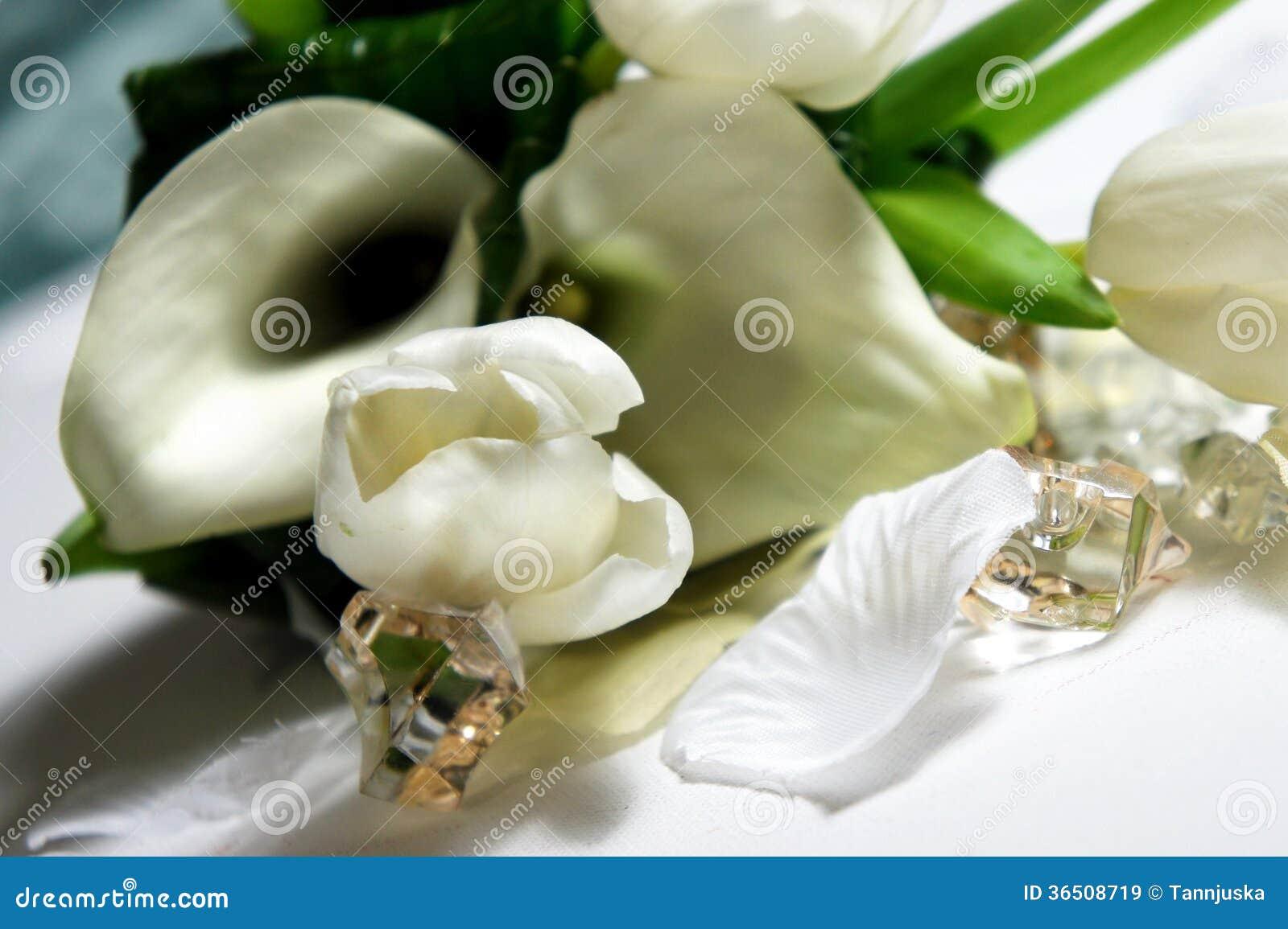 Beau bouquet de mariage des callas et des tulipes blanches