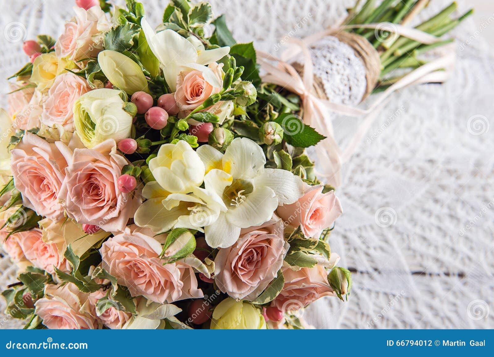 beau bouquet de mariage des roses et du freesia avec la dentelle le fond en bois blanc le fond. Black Bedroom Furniture Sets. Home Design Ideas