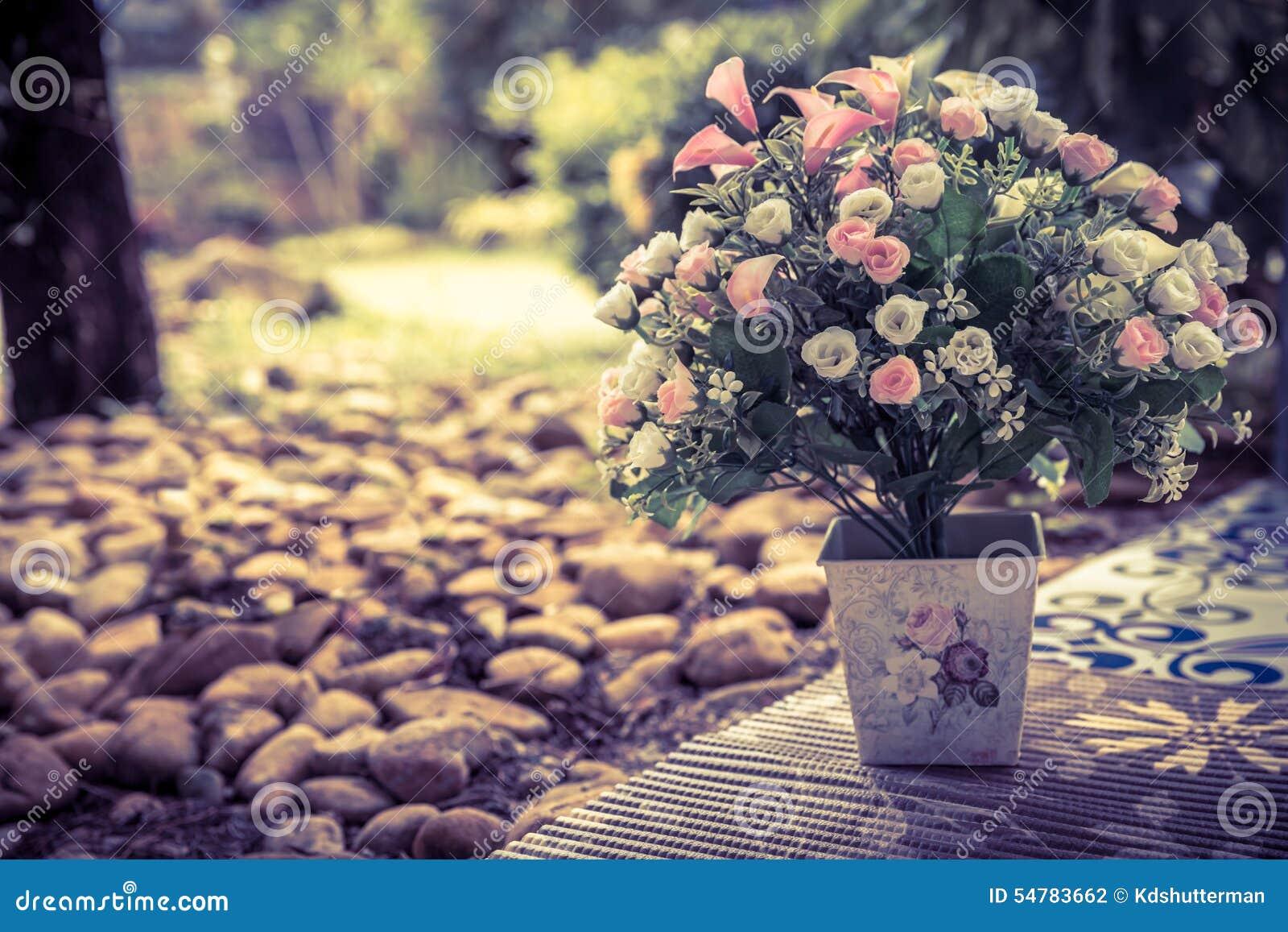 beau bouquet des fleurs artificielles dans un vase en. Black Bedroom Furniture Sets. Home Design Ideas