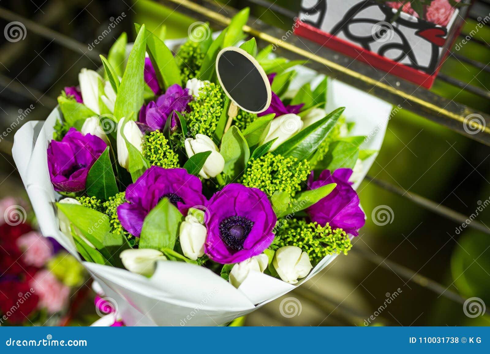 Beau bouquet des fleurs fraîches dans des boîtes Concept de service de fleuriste Concept au détail et brut de magasin de fleur co
