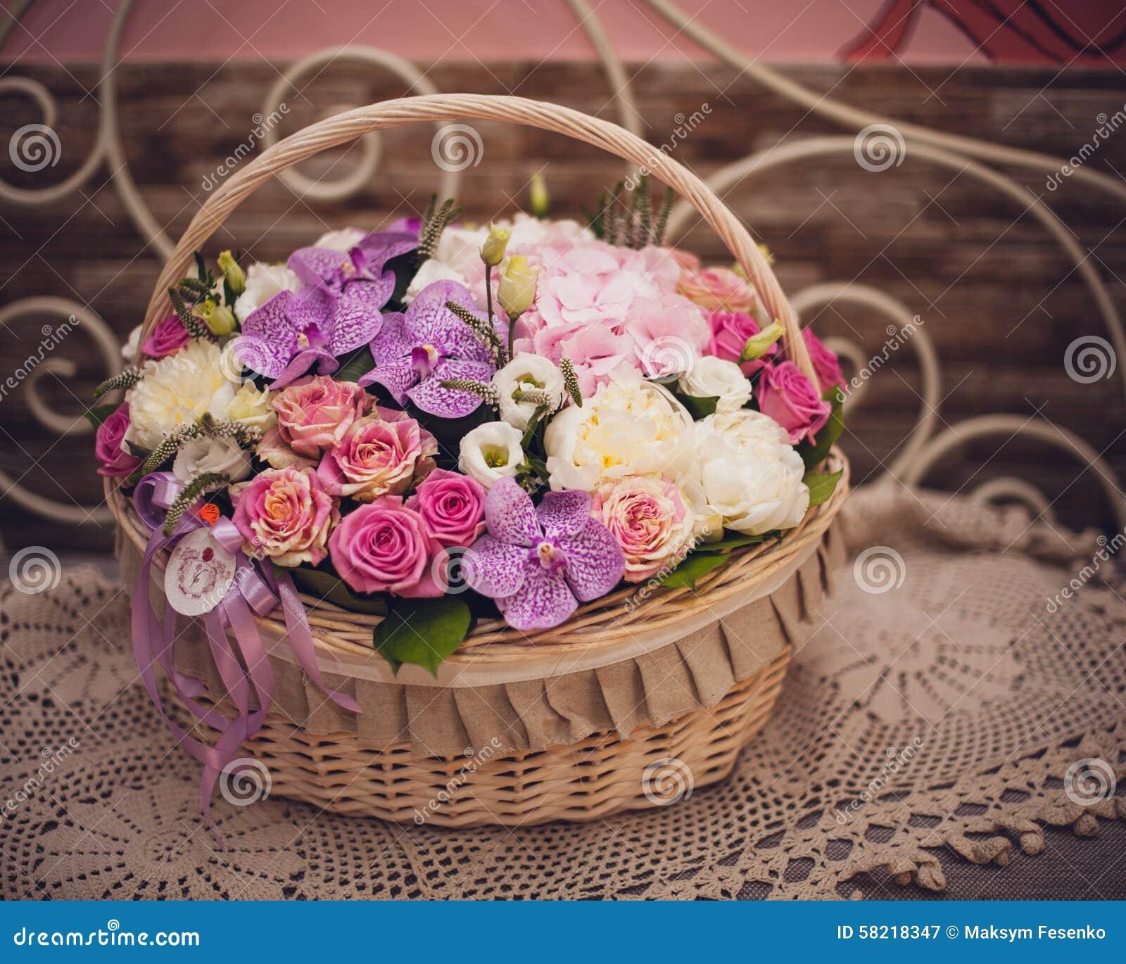 beau bouquet des fleurs roses dans le panier sur la table. Black Bedroom Furniture Sets. Home Design Ideas
