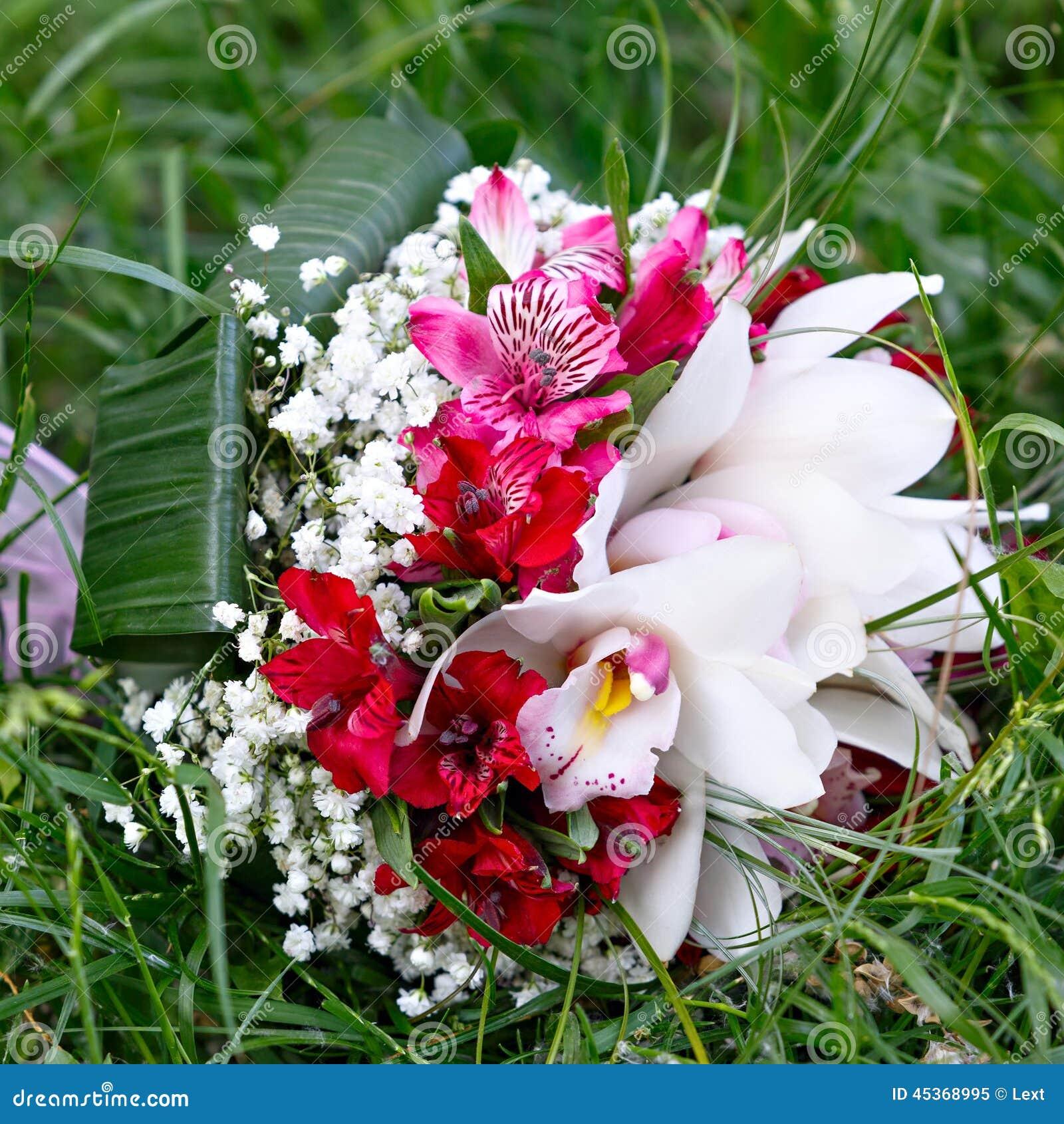 Beau bouquet nuptiale des lis et des roses à la noce