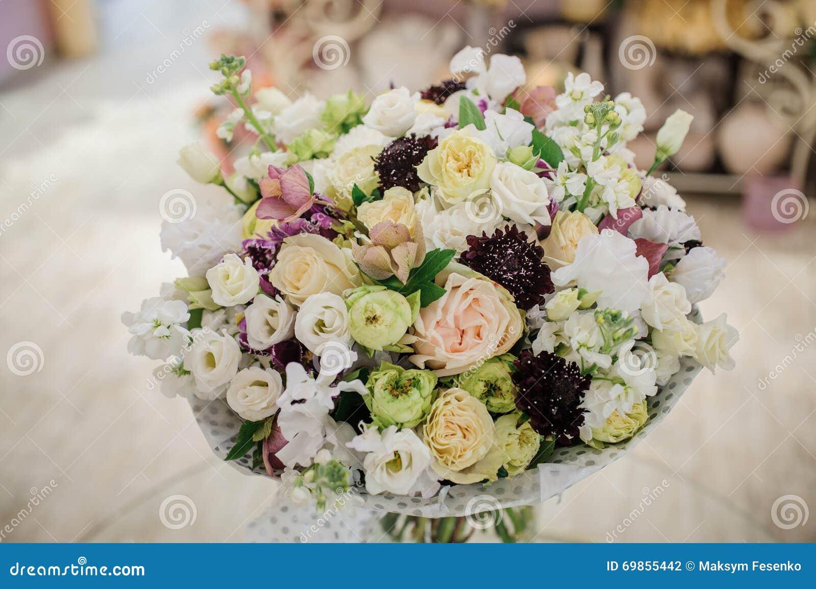 beau bouquet romantique de fleur blanche rose pourpre. Black Bedroom Furniture Sets. Home Design Ideas