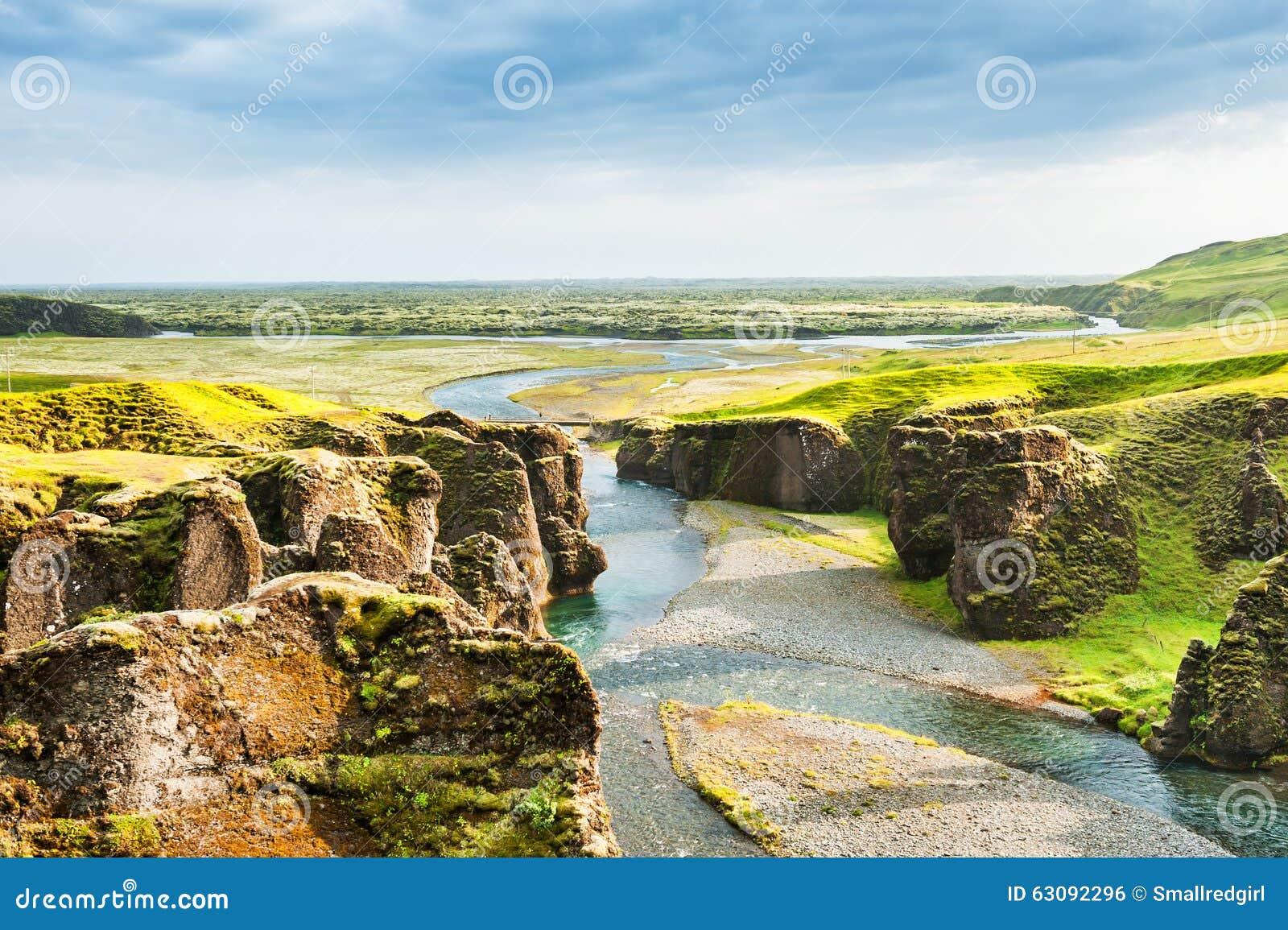 Download Beau Canyon De Fjadrargljufur Avec La Rivière Et Les Grandes Roches Photo stock - Image du emplacement, nature: 63092296