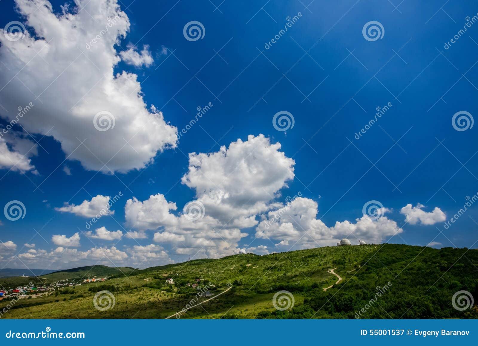 Beau ciel avec des nuages pendant l après-midi