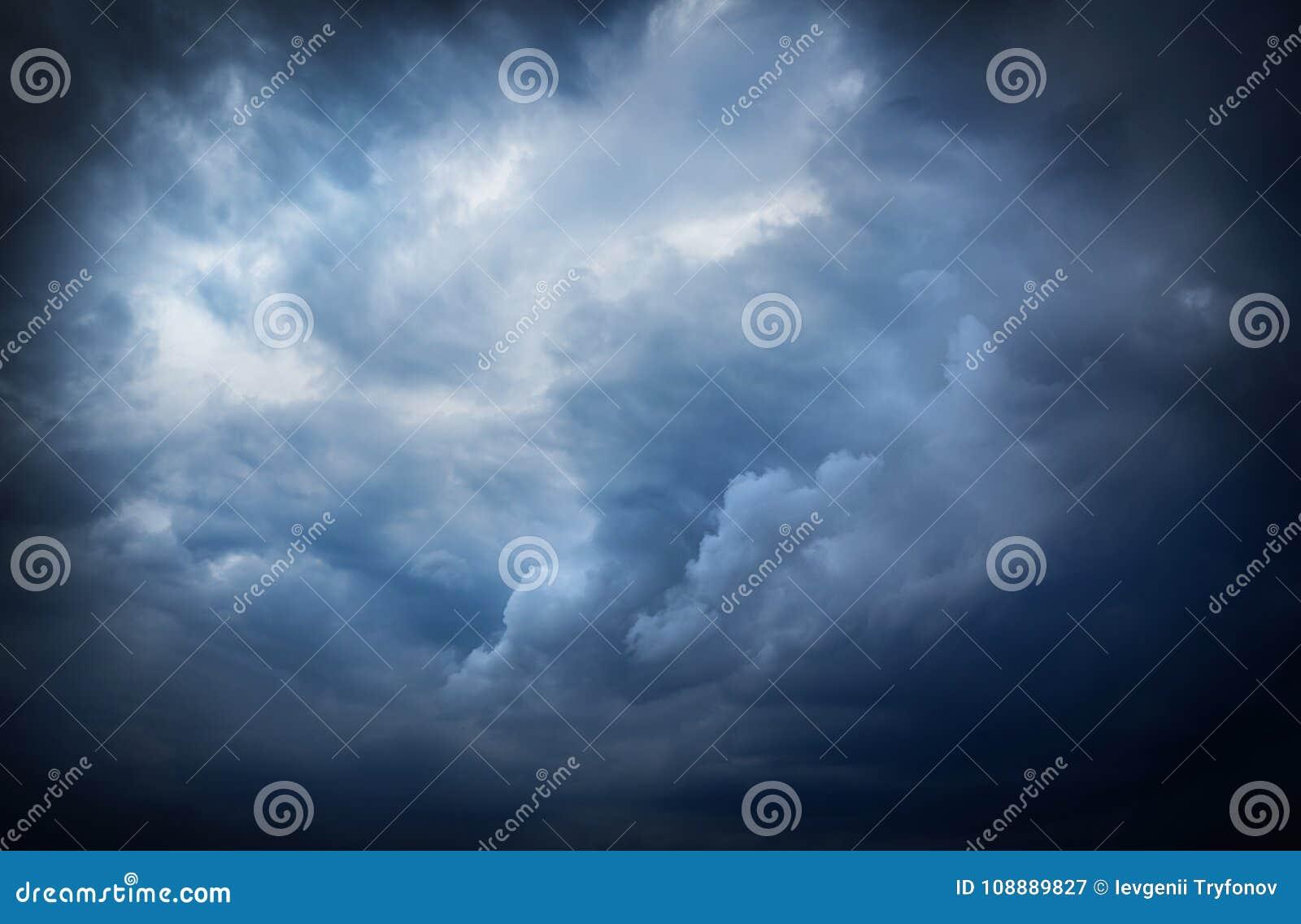 Beau ciel foncé de tempête avec des rayons du soleil