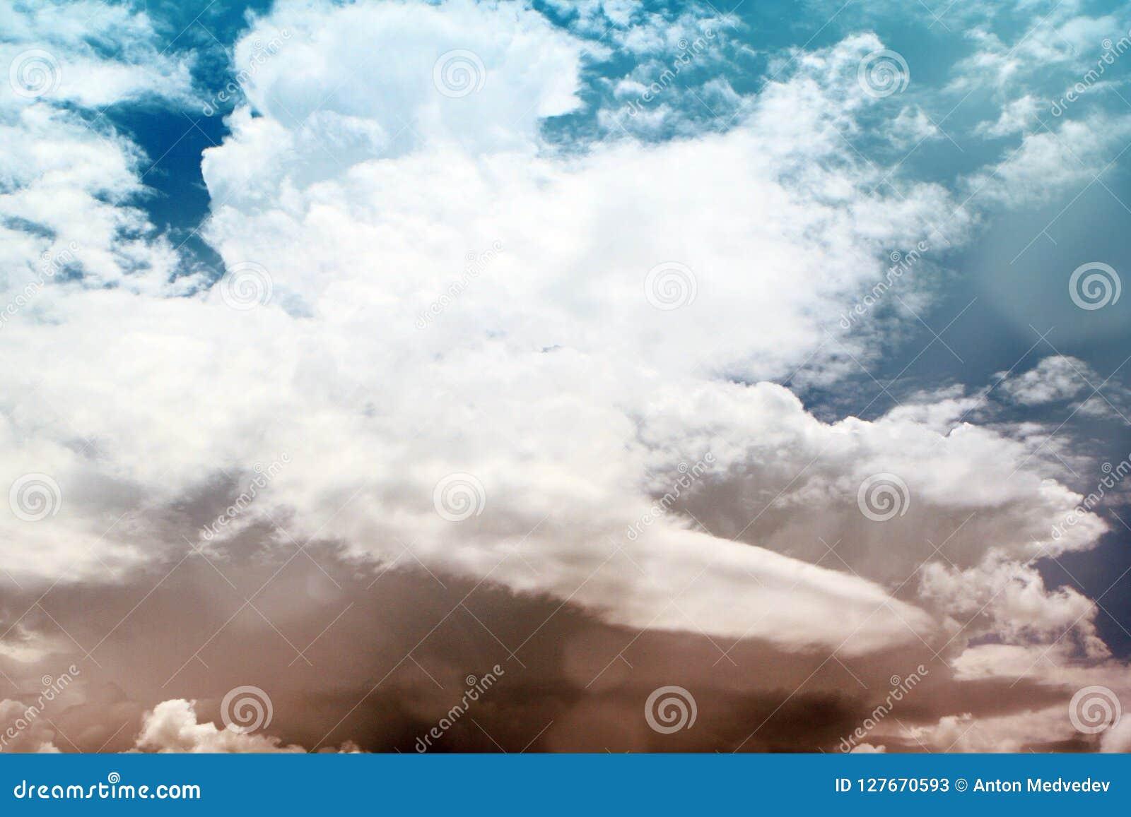 Beau ciel partiellement nuageux lumineux de cumulus pour l usage dans la conception comme fond