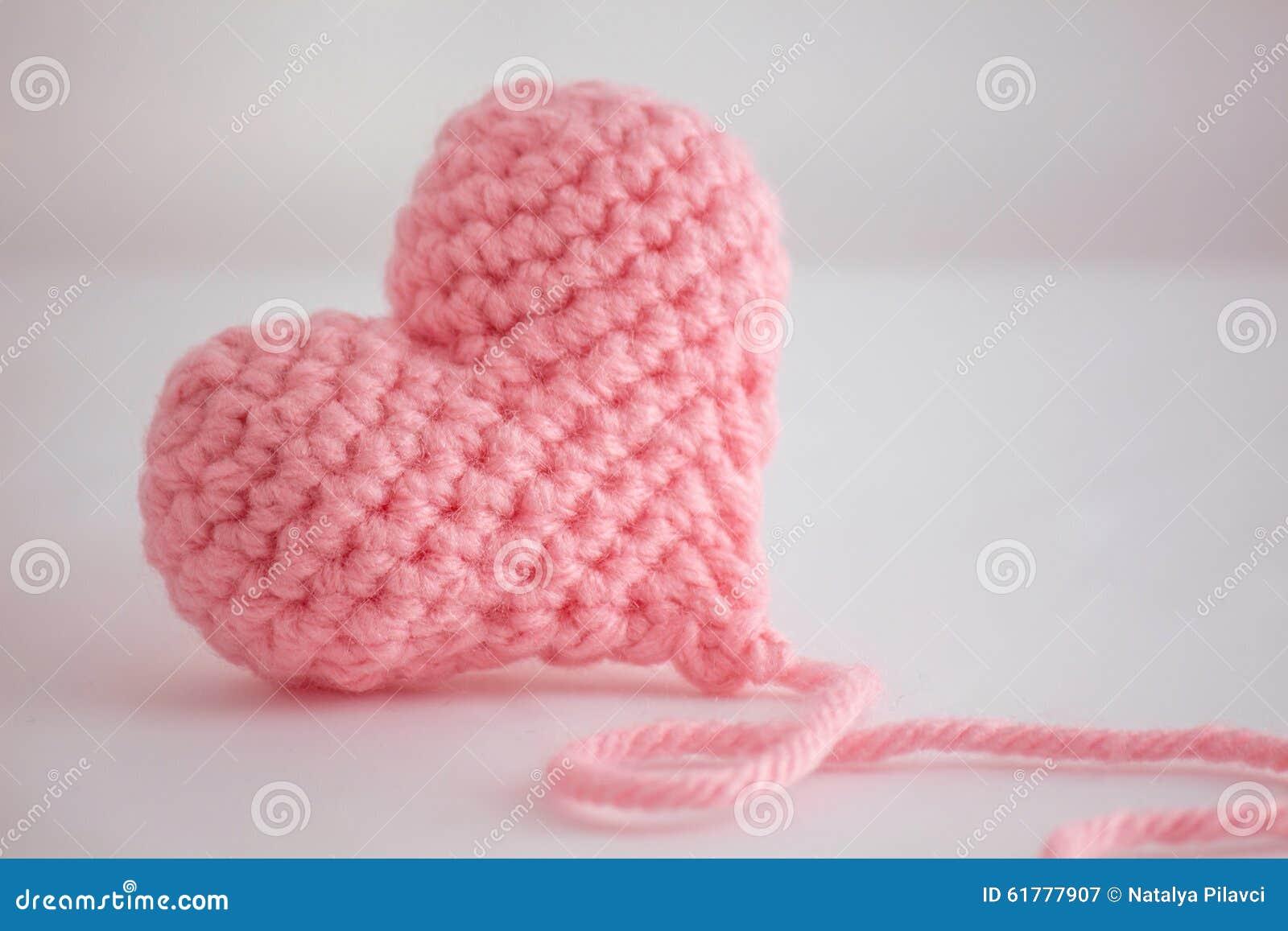Beau coeur à crochet rose chaud - plan rapproché