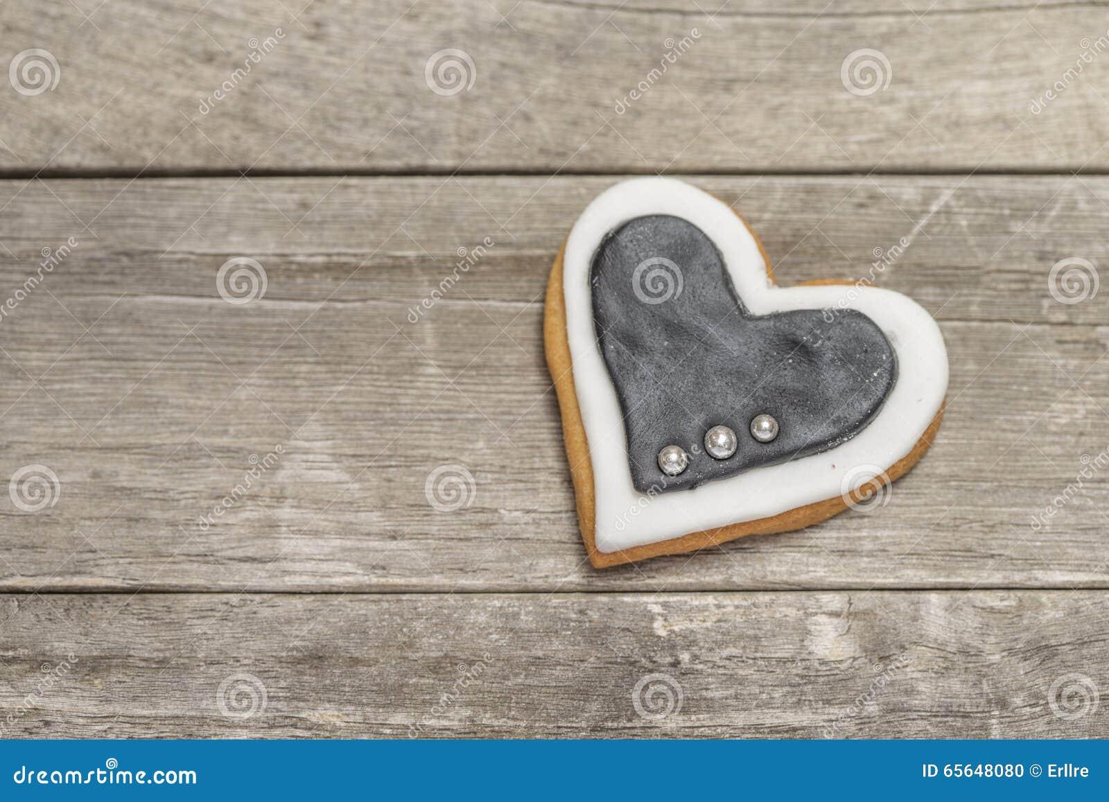 Beau coeur cuit au four avec le glaçage et les perles blancs et noirs
