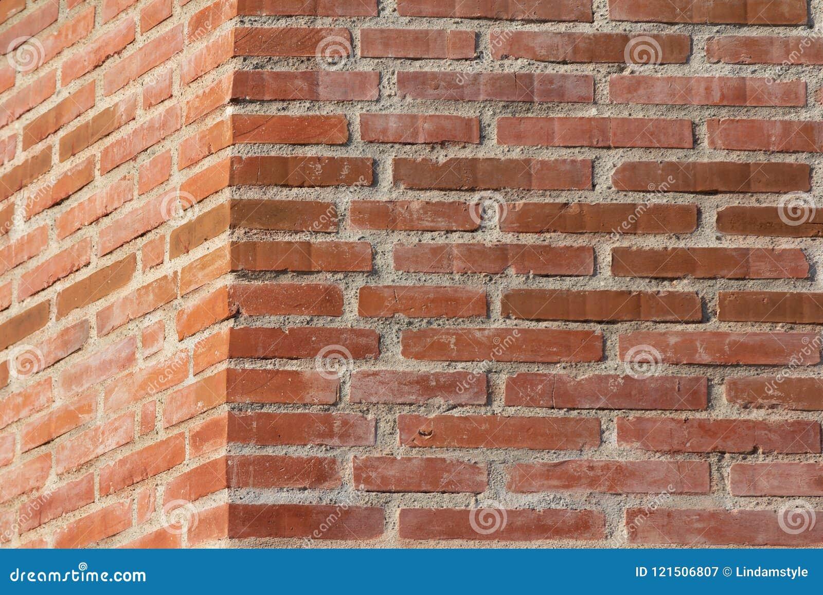 Beau coin rouge de mur de briques